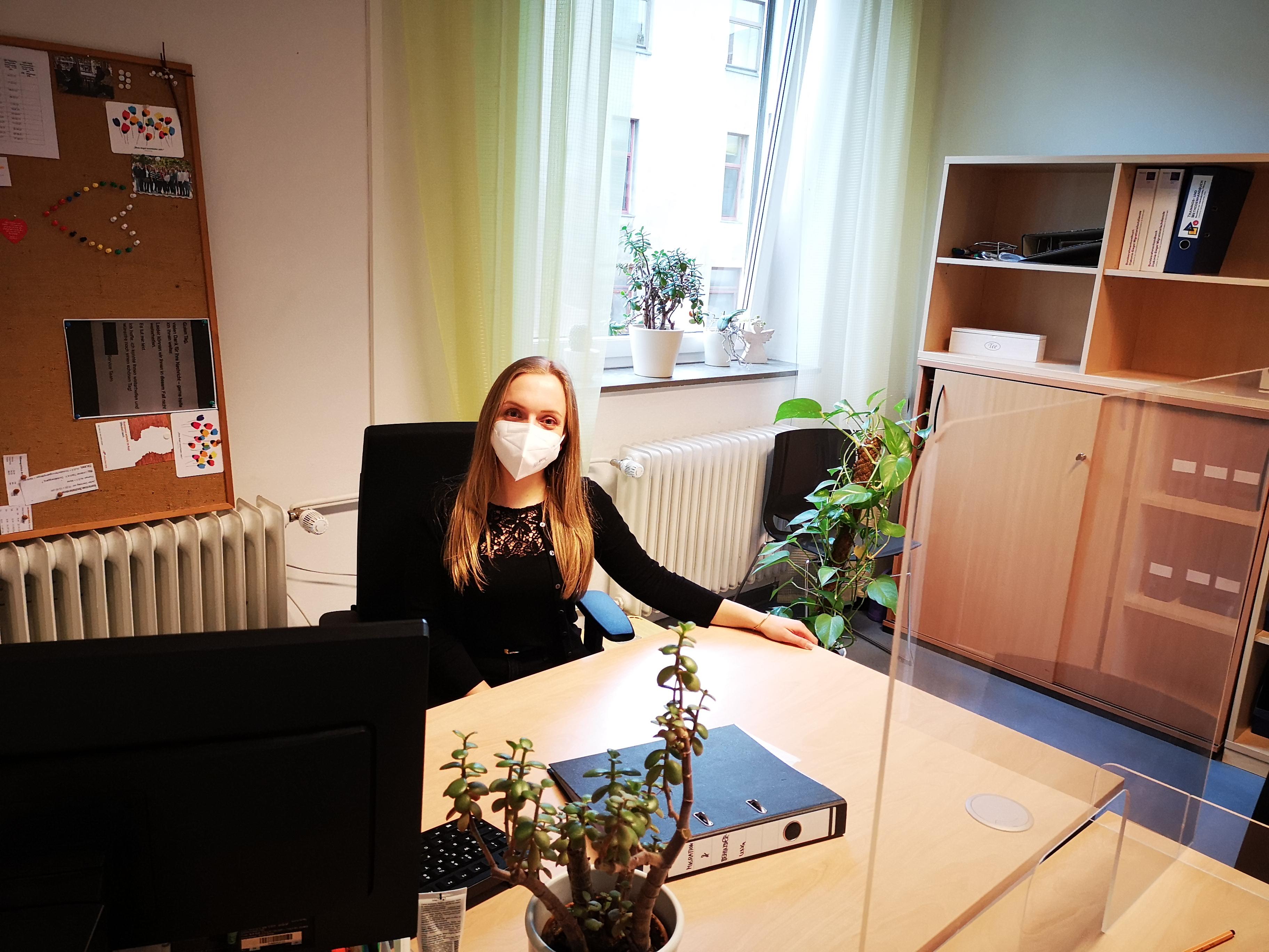 Eine Frau sitzt am Schreibtisch