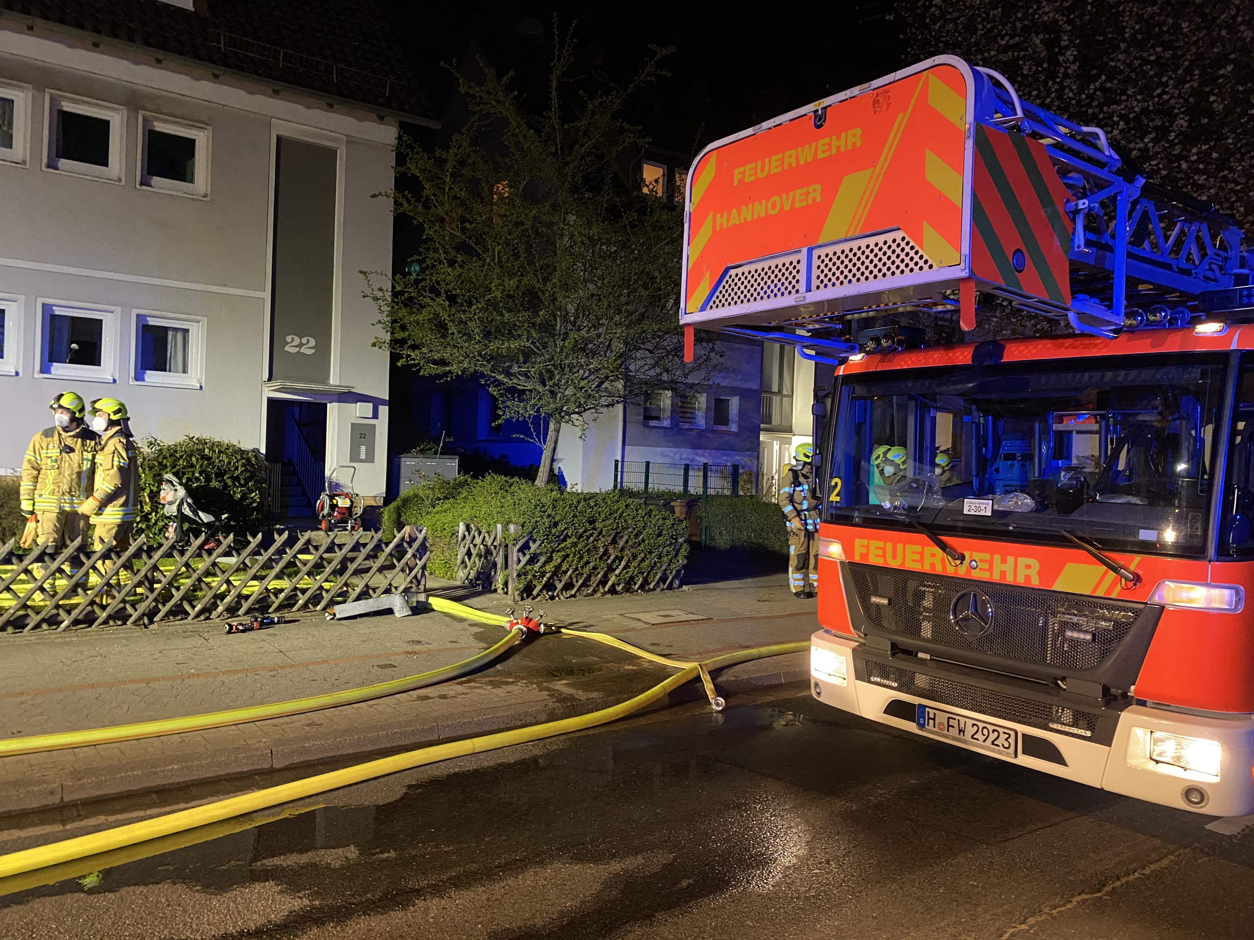 Die Feuerwehr Hannover vor einem Wohnhaus