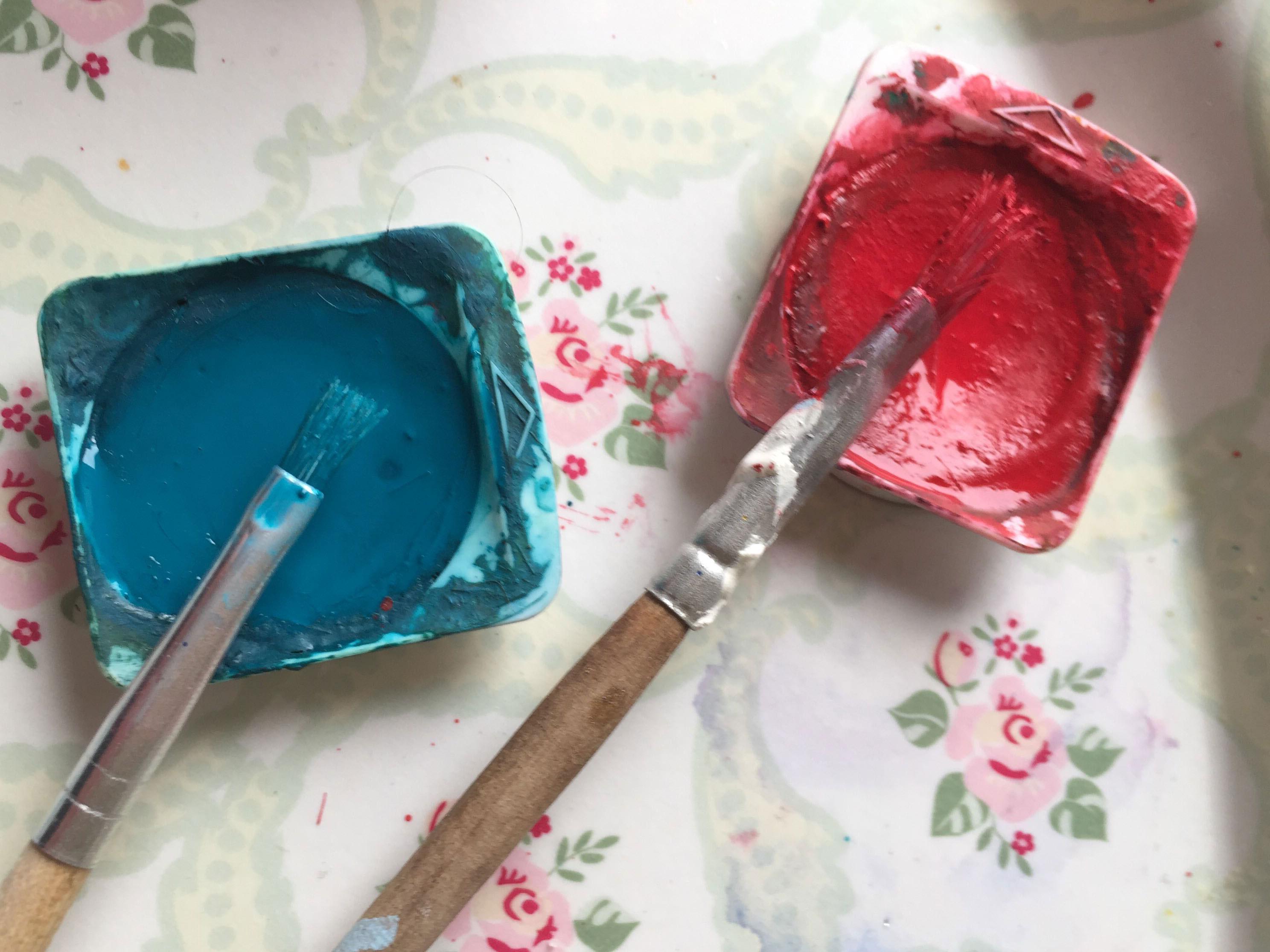 Bezaubernde Liebesgrüße: Mit Pinsel und Farbe lassen sich Herzen einfach gestalten.
