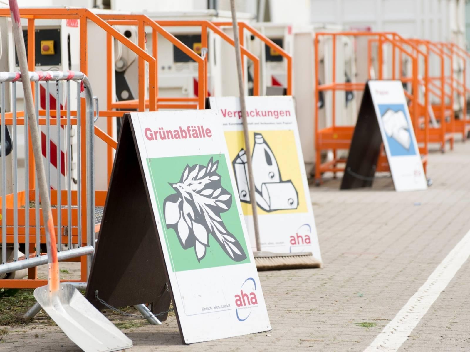 Schilder auf einem Wertstoffhof