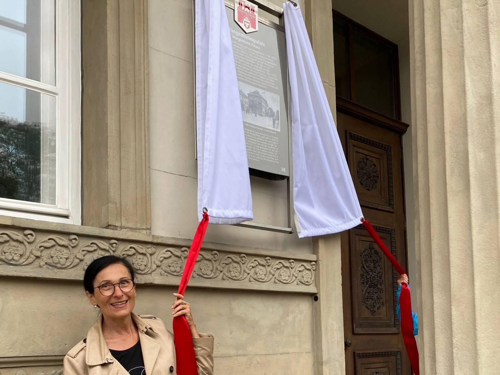 """Enthüllung der Stadttafel """"Wangenheimpalais"""" durch Bürgermeisterin Regine Kramarek"""