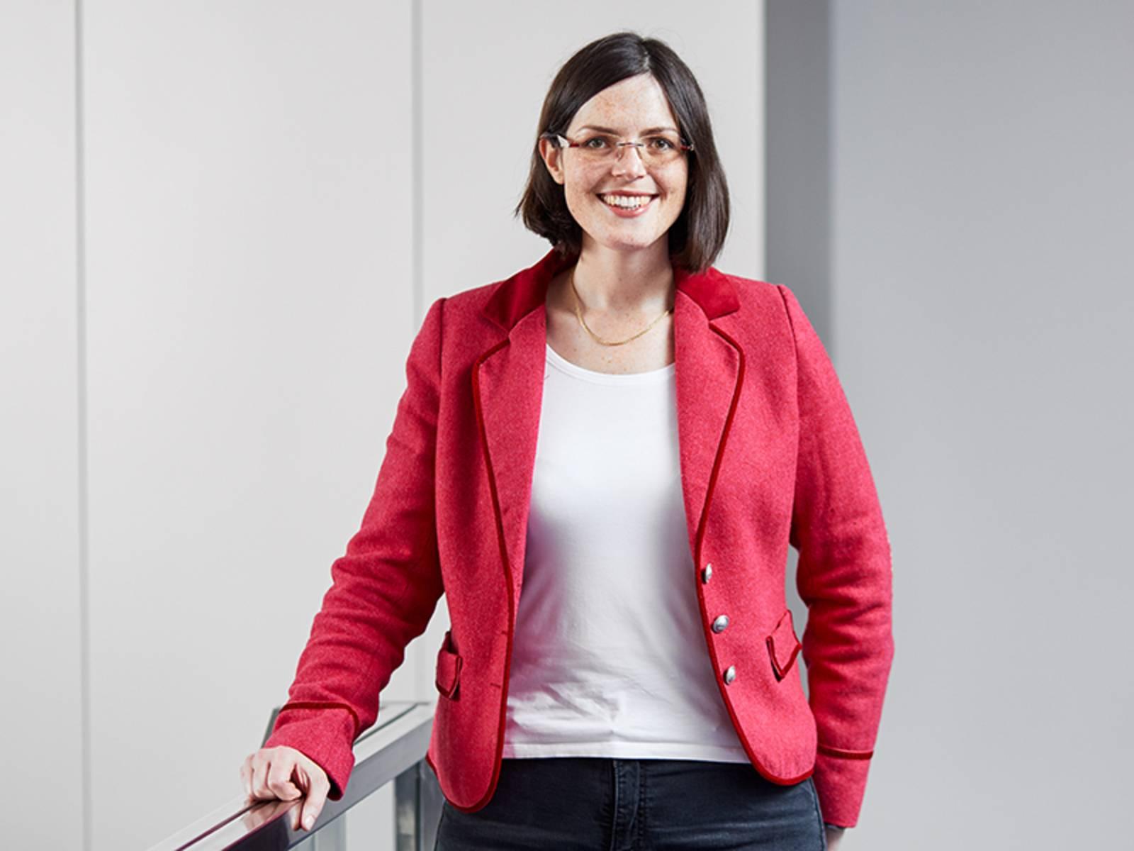Portraitfoto einer Frau, die eine rote Jacke trägt