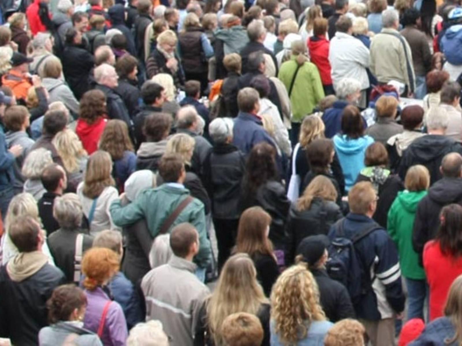 Eine Menschenmenge steht draußen.