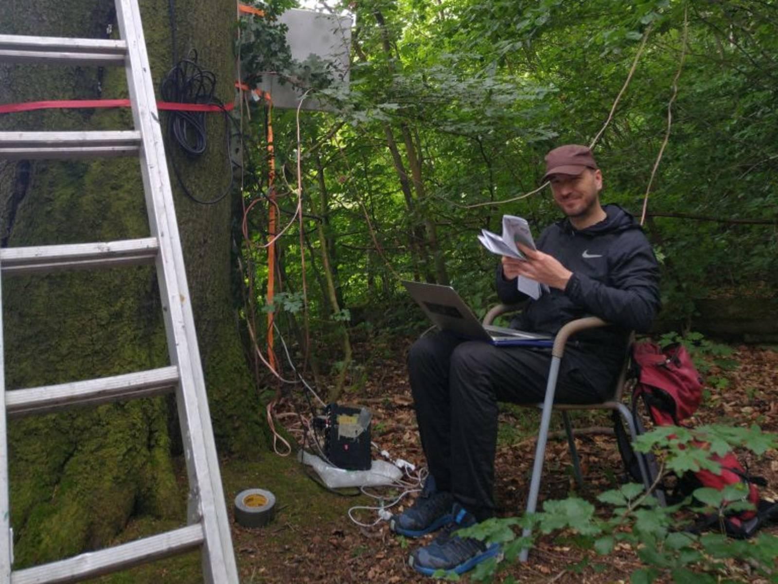 Der Künstler Peter Kutin bei der Installation des Klangkunstwerkes