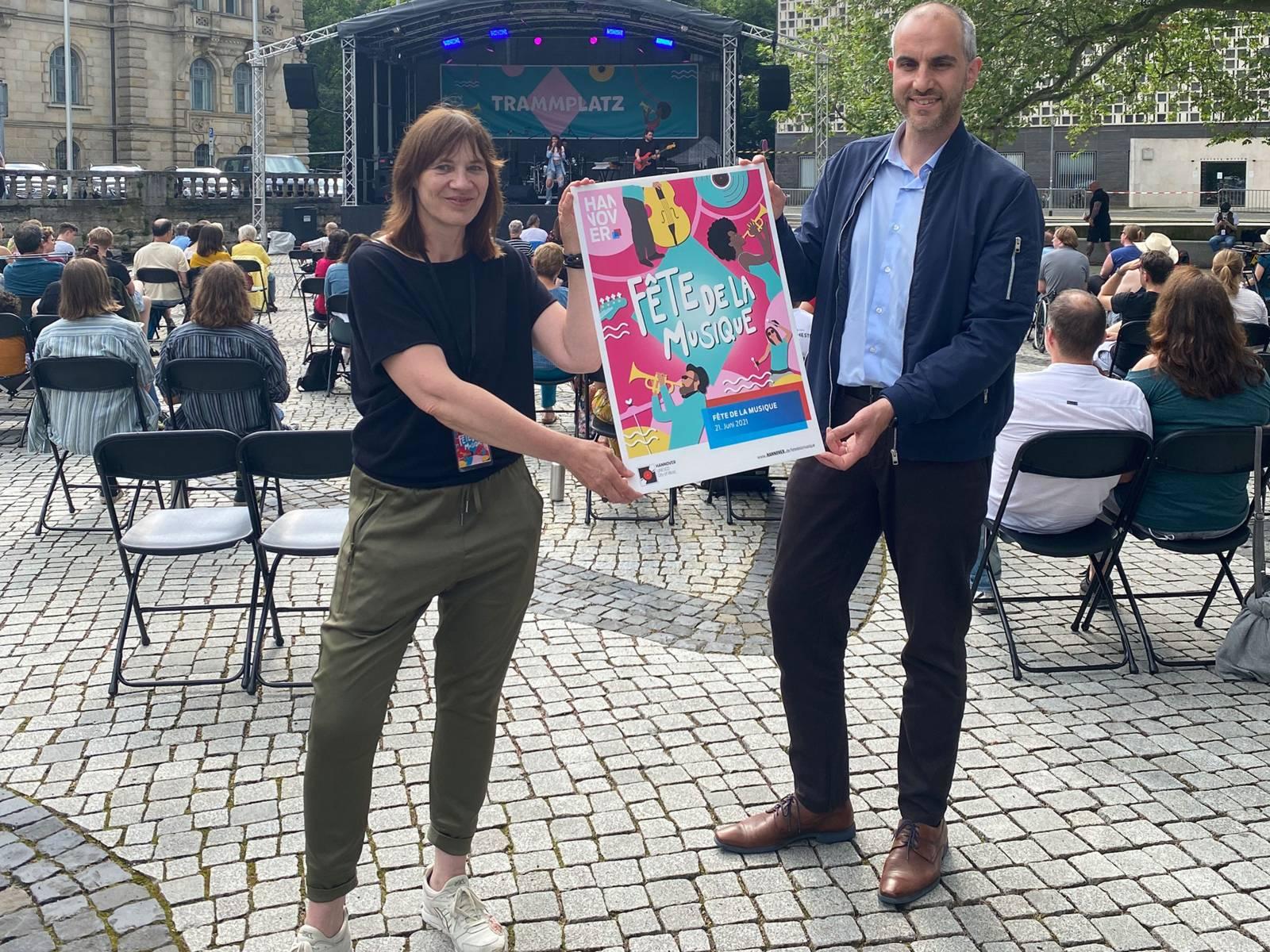 Oberbürgermeister Belit Onay und Sabine Busmann (Produktionsleiterin der Fête de la Musique und Geschäftsführerin) bei der Eröffnung der Fête auf dem Trammplatz.