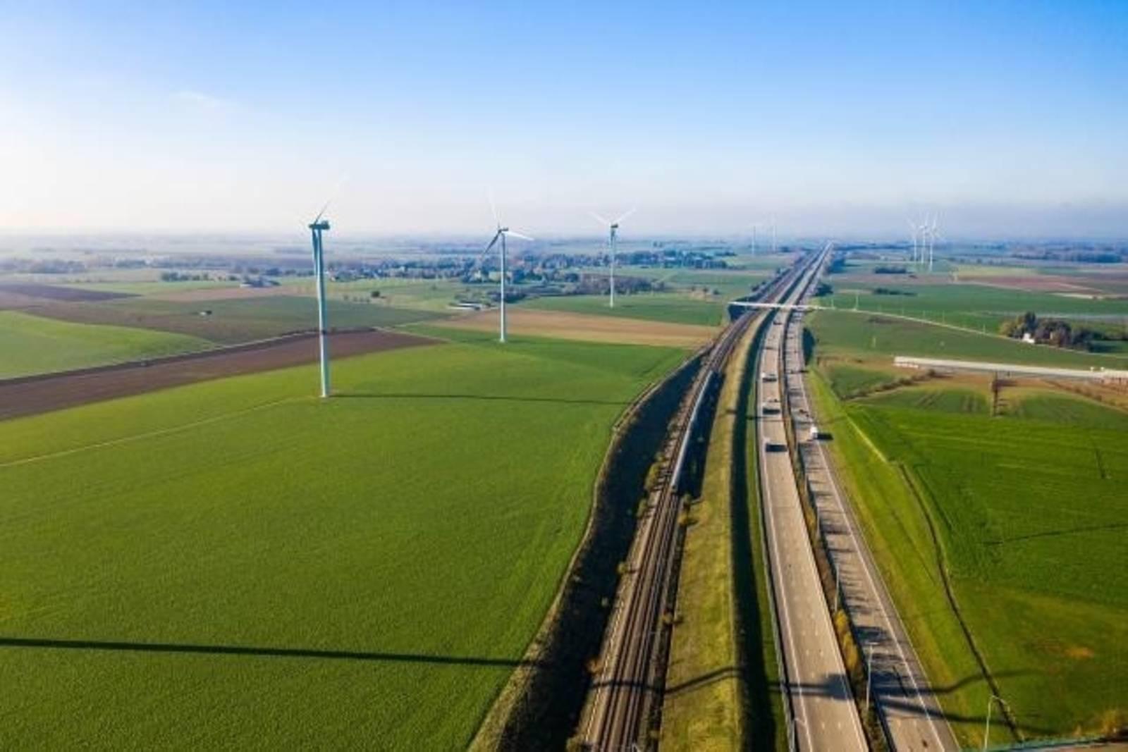 Landschaft mit Autos und Bahnschienen