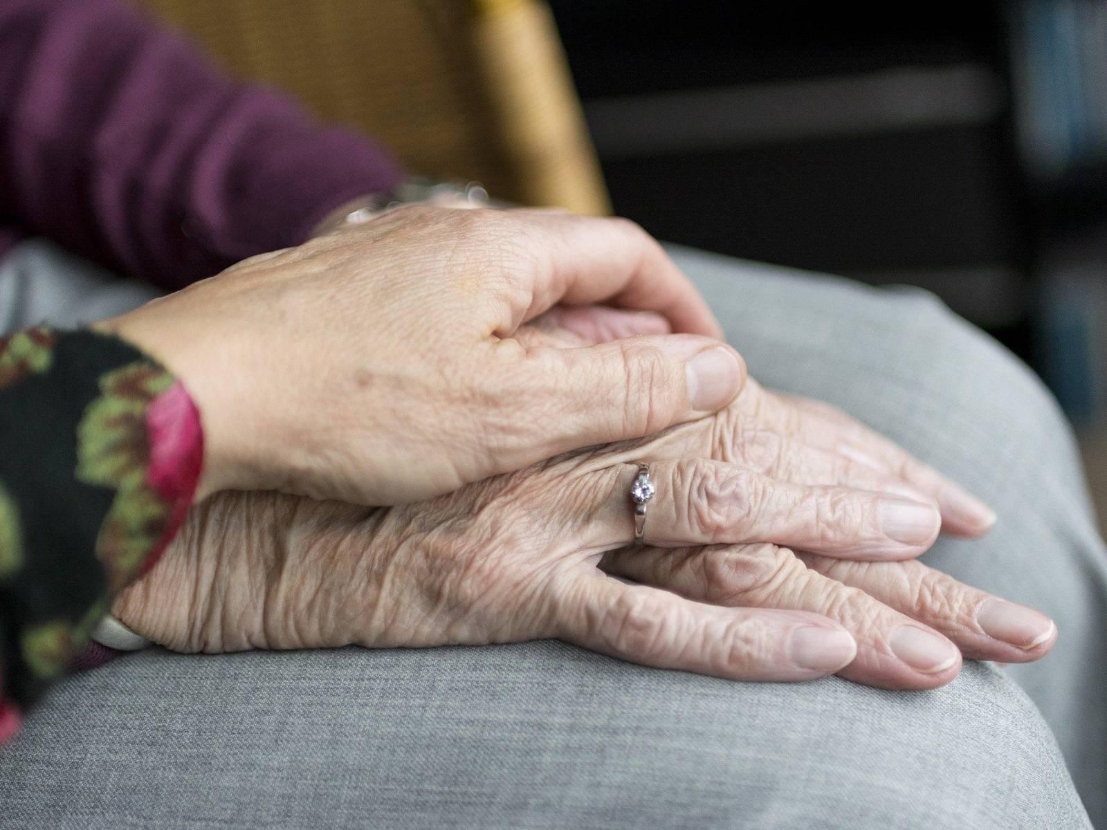 Eine Hand liegt auf einer anderen Hand
