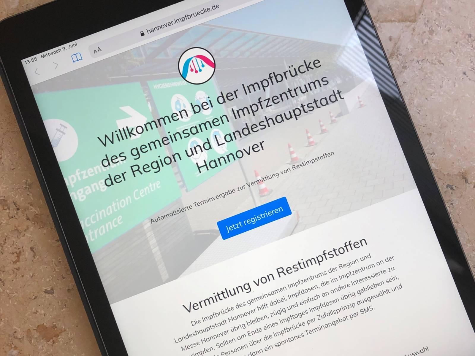 Smartphone mit einer App zum anmelden für die Impfbrücke