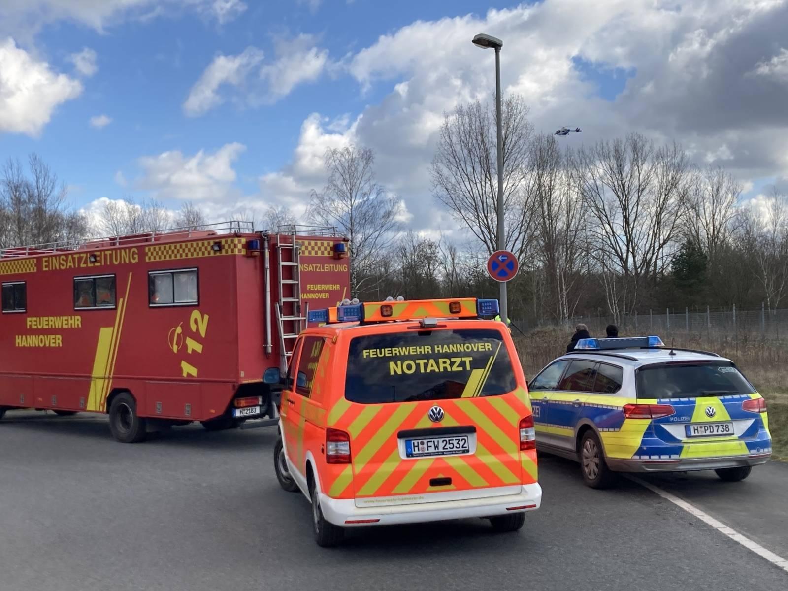 Zwei Autos der Feuerwehr und ein Auto der Polizei
