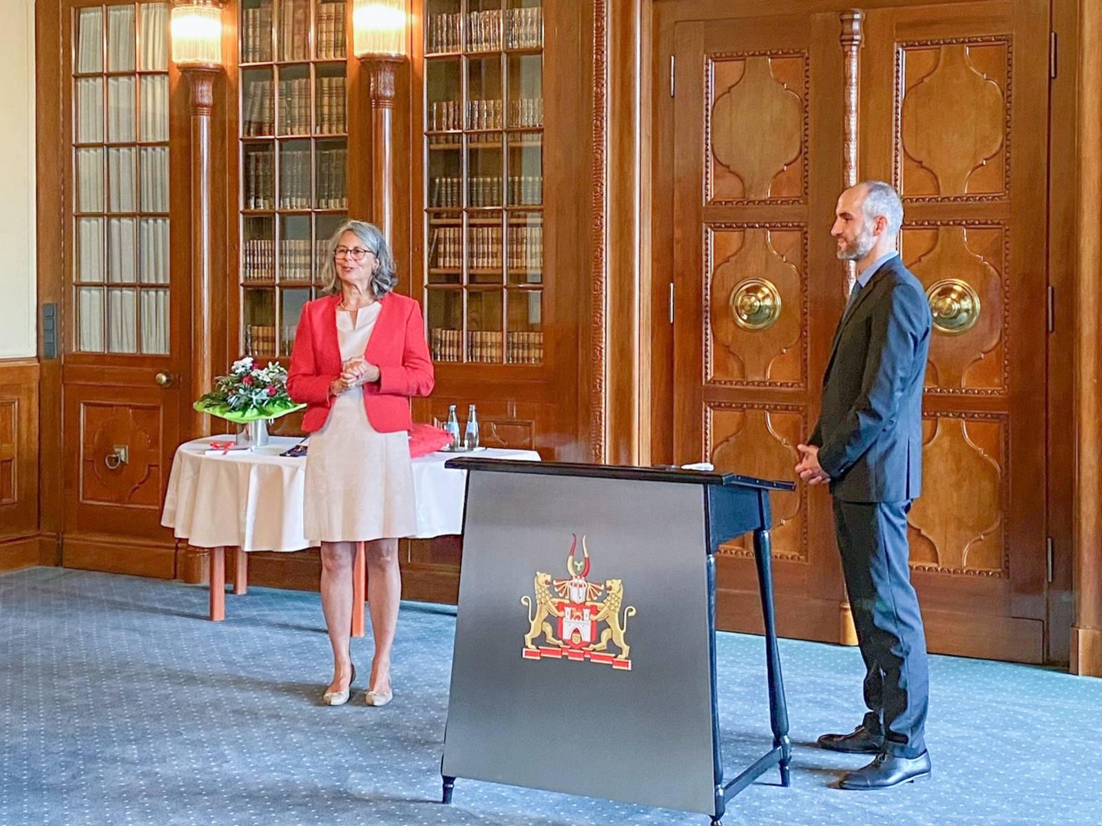 Eine Frau und eine Mann stehen in einem Raum