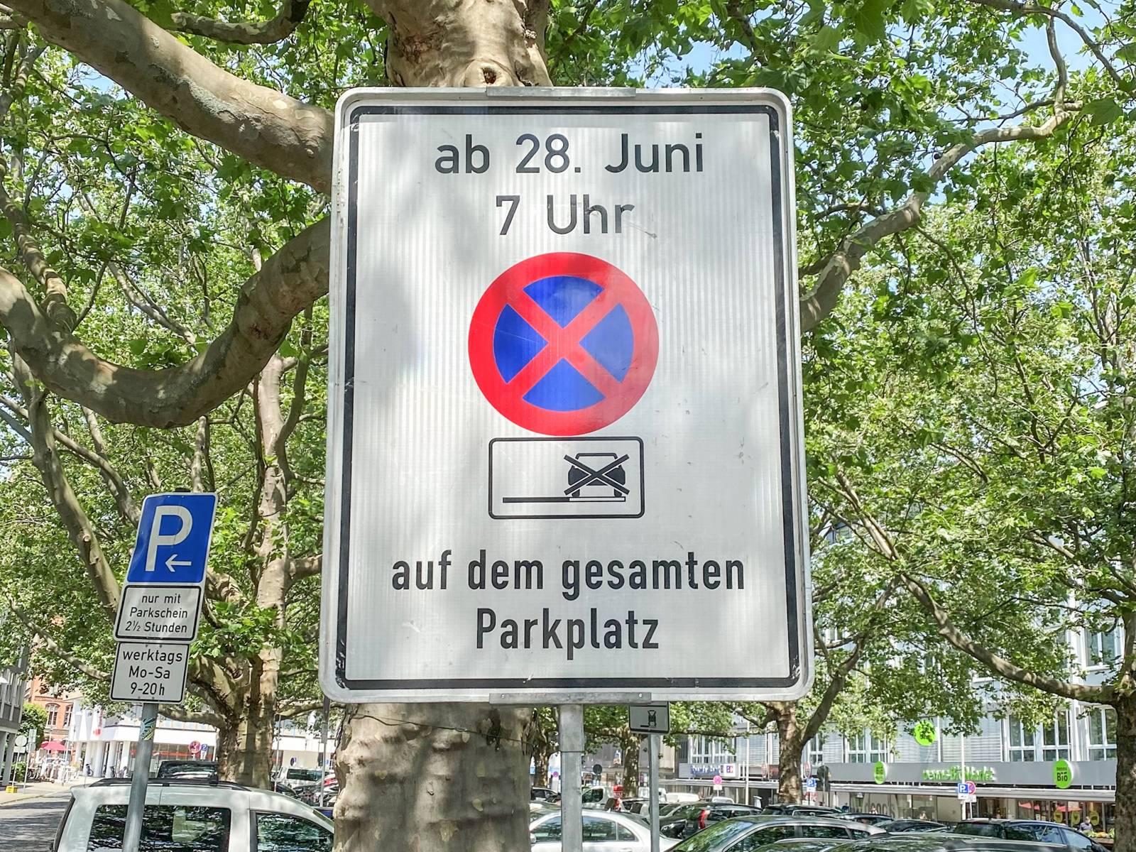 """Parkverbotsschild mit der Aufschrift """"ab 28. Juni 7 Uhr auf dem gesamten Parkplatz"""""""