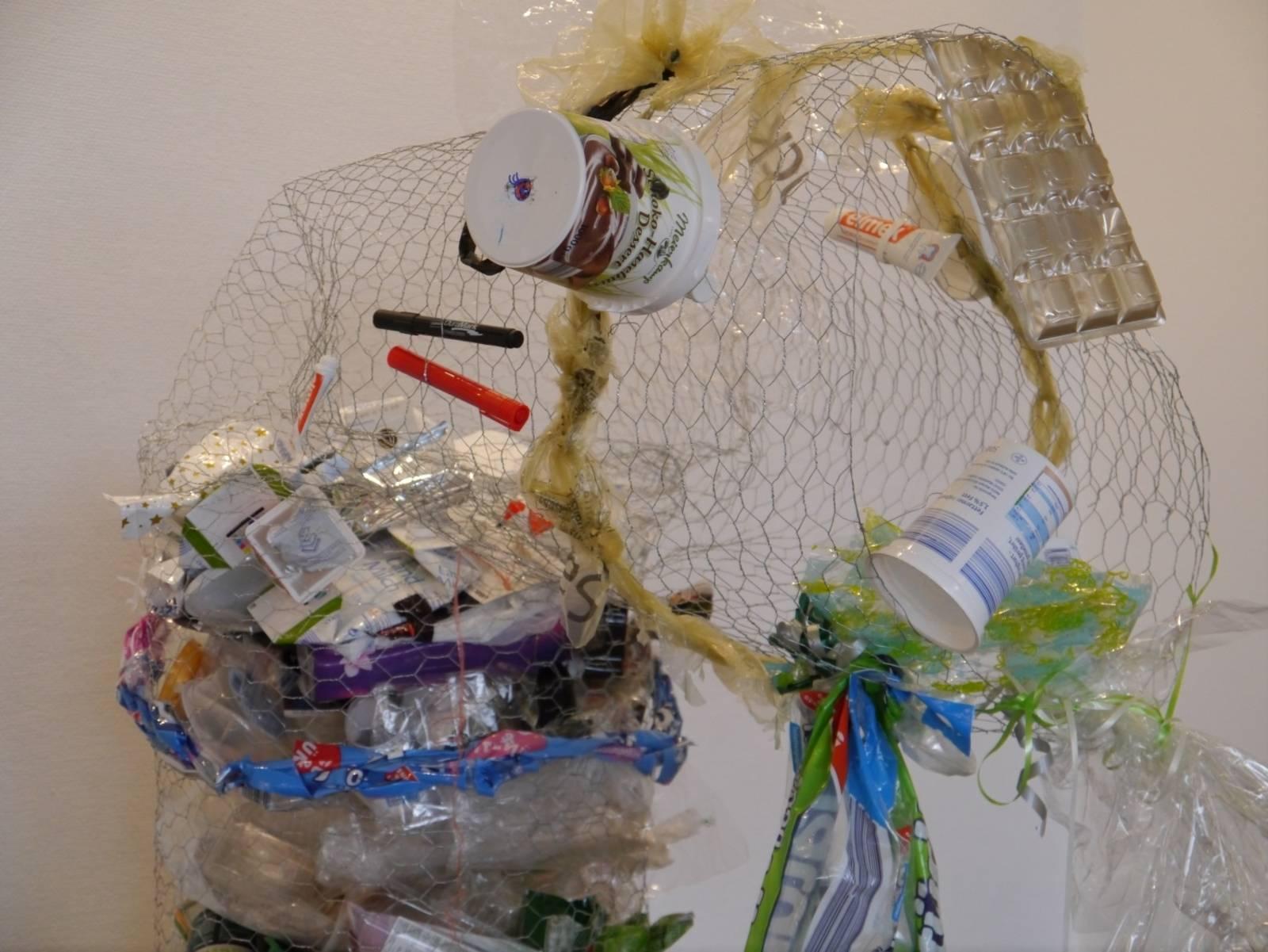 Jede Menge Plastik, das sich in einem Drahtkorb verfangen hat.