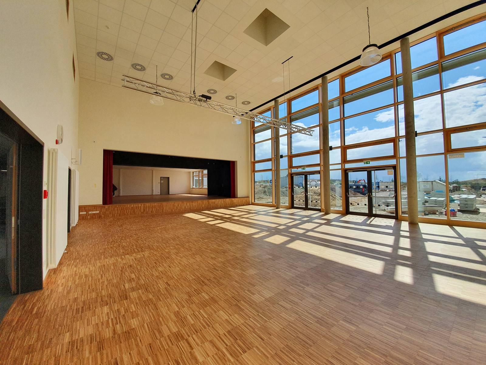 Eine Aula mit großer Glasfront