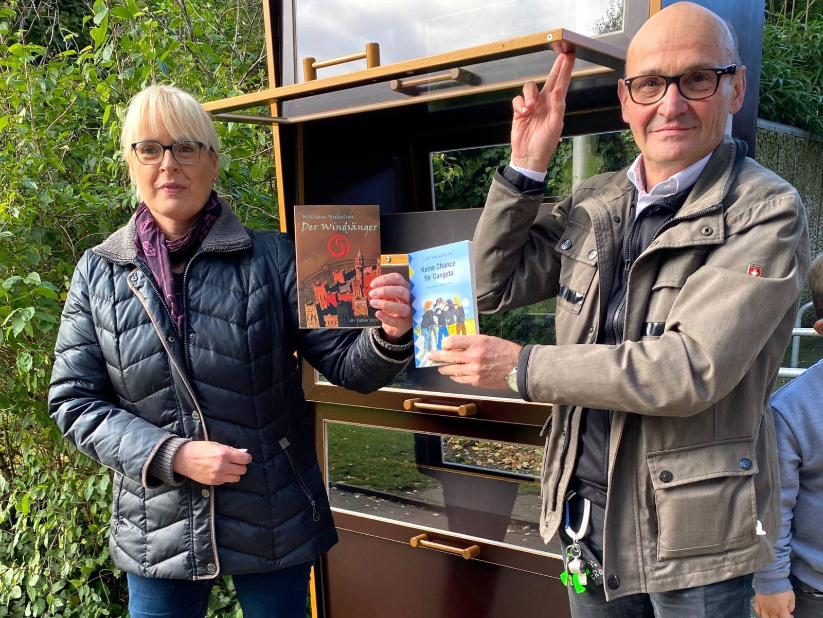 Bezirksbürgermeisterin Regine Bittorf und Frank Post, Direktor der Grundschule Fuhsestraße
