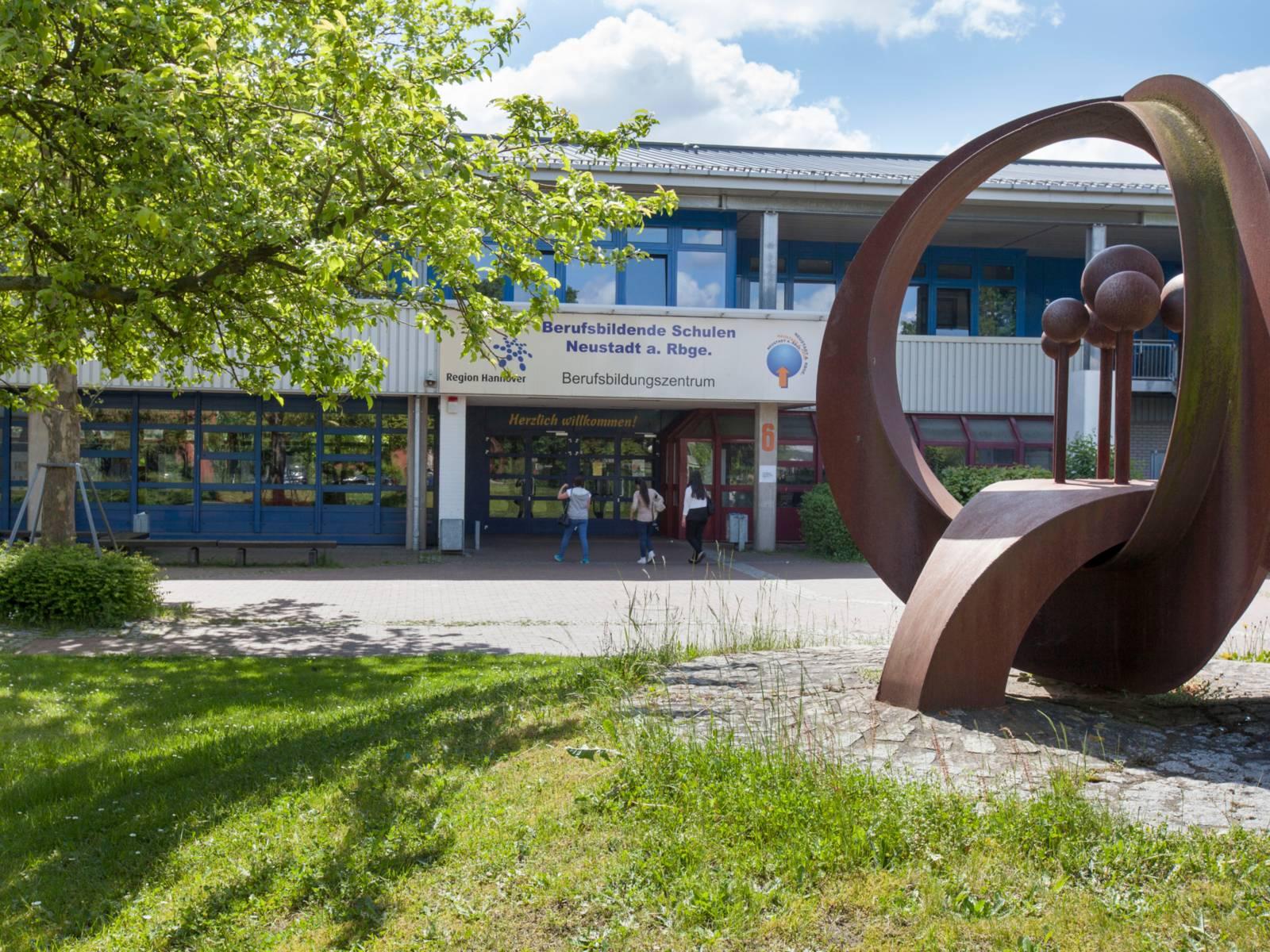 Blick auf den Eingang des Berufsbildungs-Zentrum der Berufsbildenden Schule Neustadt am Rübenberge.