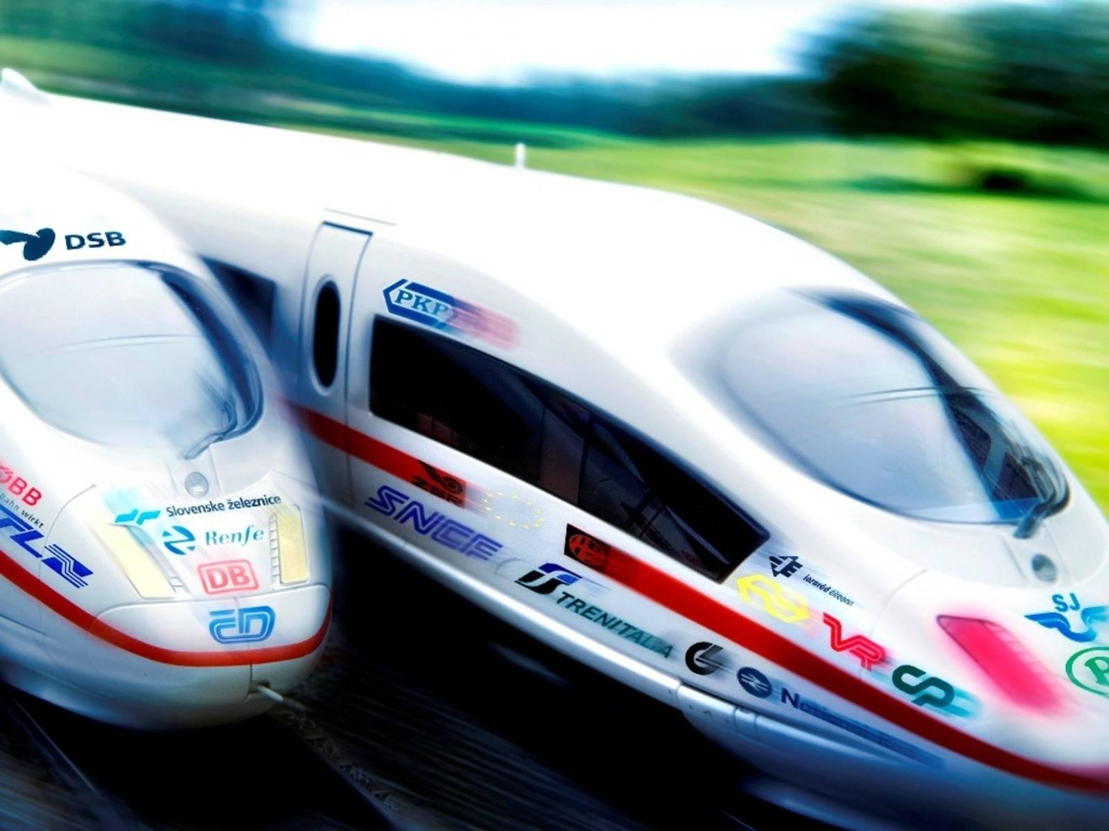 Zwei Schnellzüge mit Logos verschiedener Bahngesellschaften
