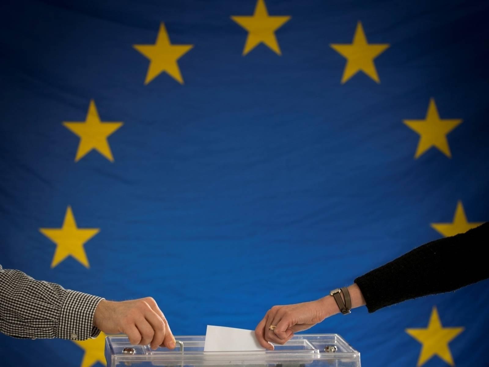 Die Wahlurne vor dem Hintergrund der Europäischen Flagge