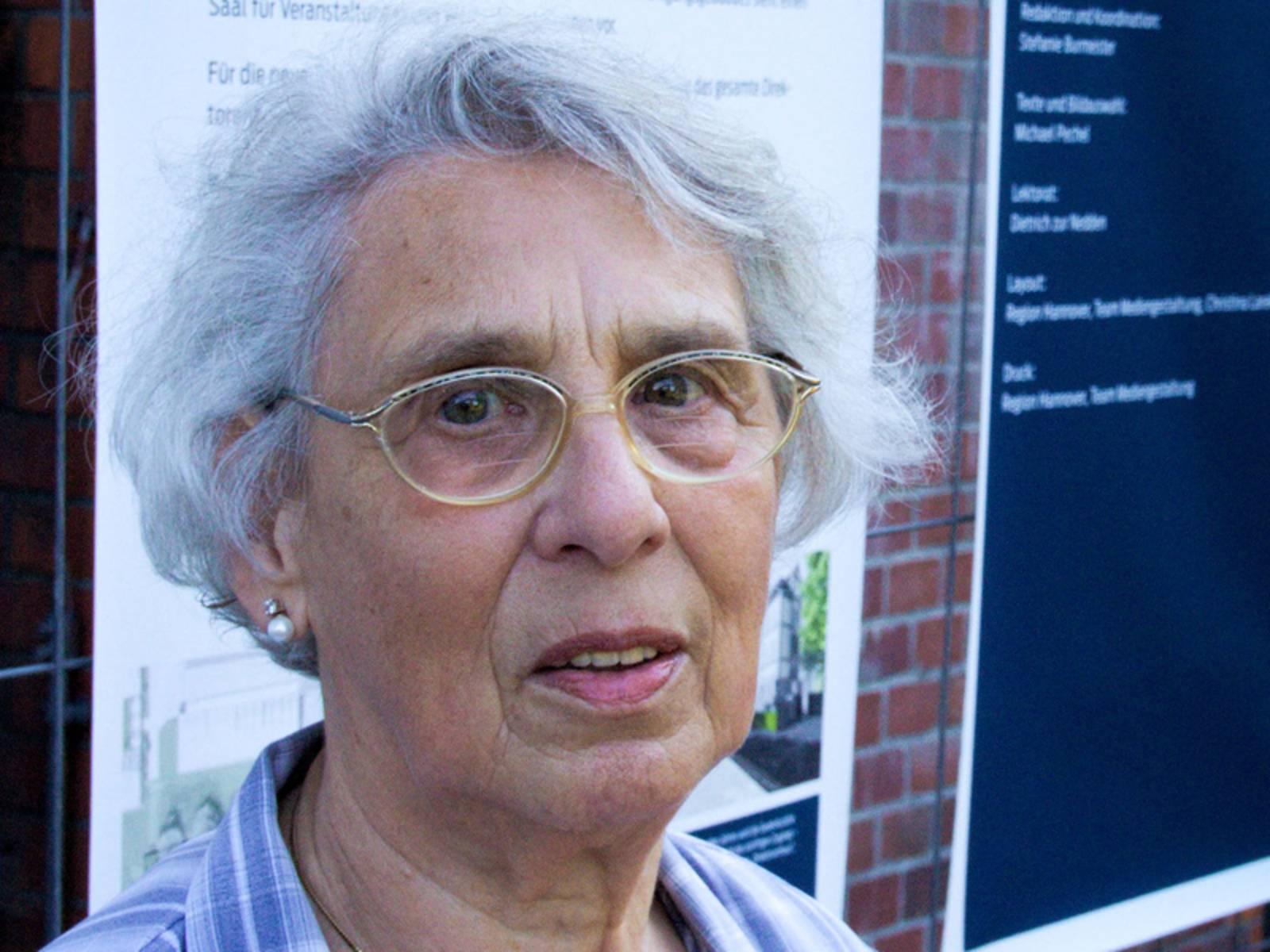 Zeitzeugin Ruth Gröne vor der Gedenkstätte Ahlem.