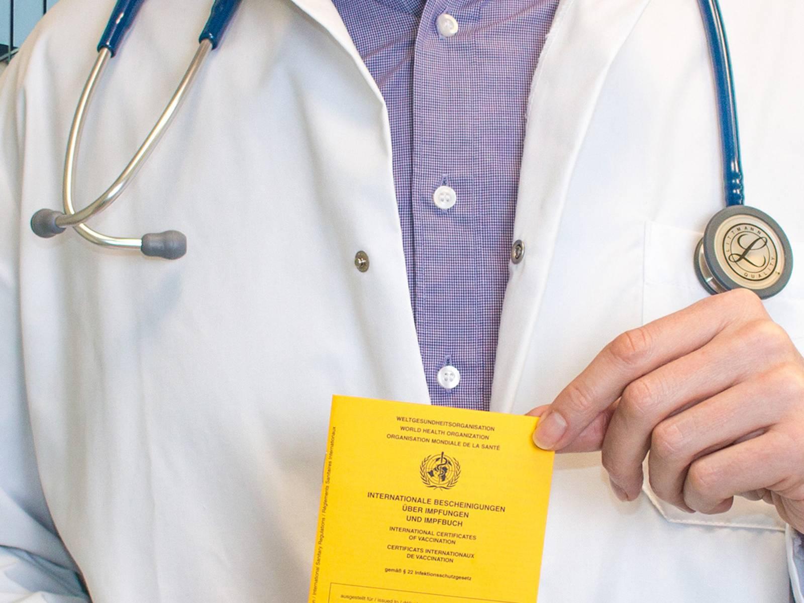 Arzt mit Impfbuch