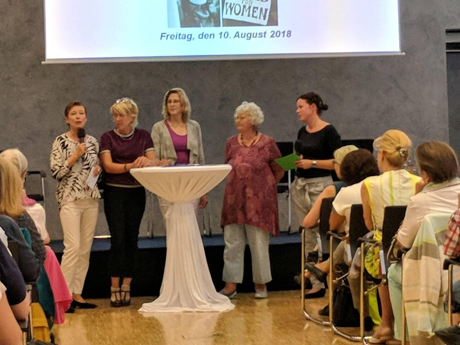 Fünf Frauen auf dem Podium