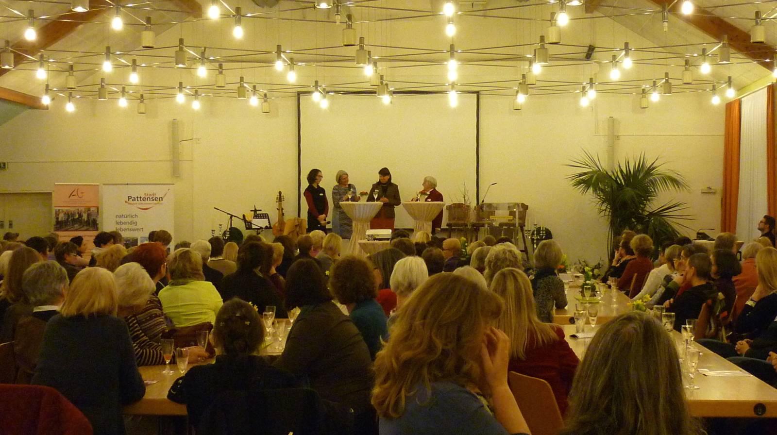 Auf dem Podium sind vier Frauen