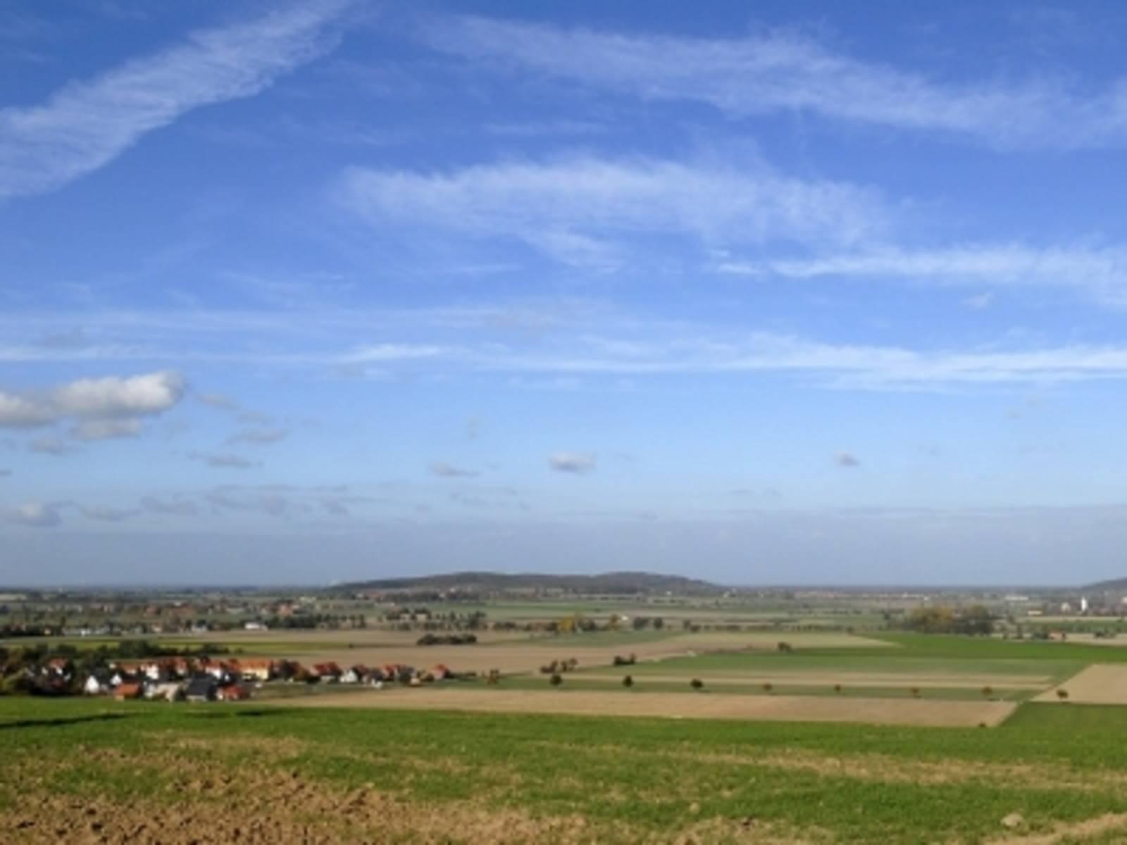 Landschaft vor blauem Himmel, mit den Erhebungen des Gehrdener Berges und Benther Berg