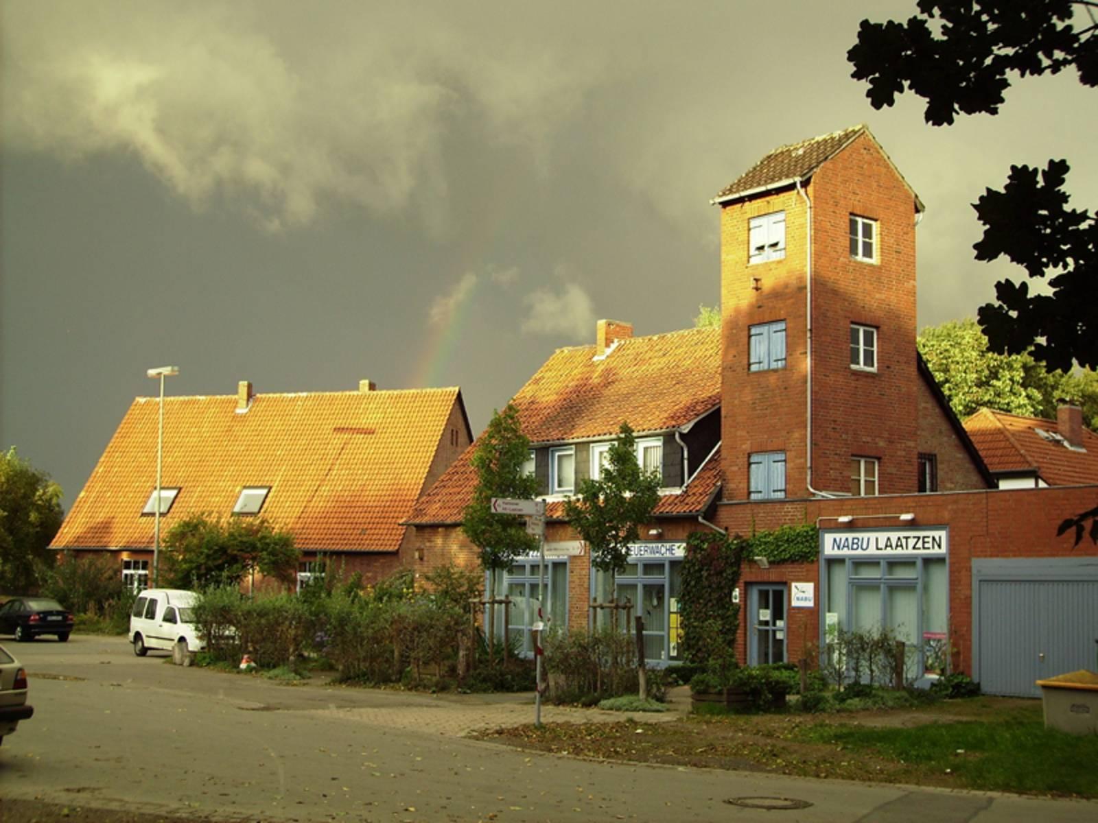 Rotes Backsteingebäude vor einem Gewitterhimmel