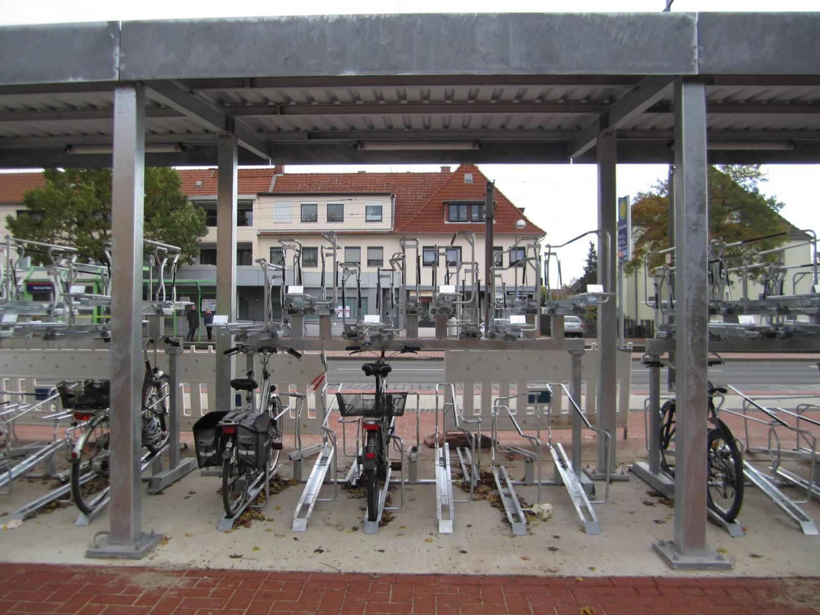 Ein neuer Fahrradständer mit einigen geparkten Fahrrädern