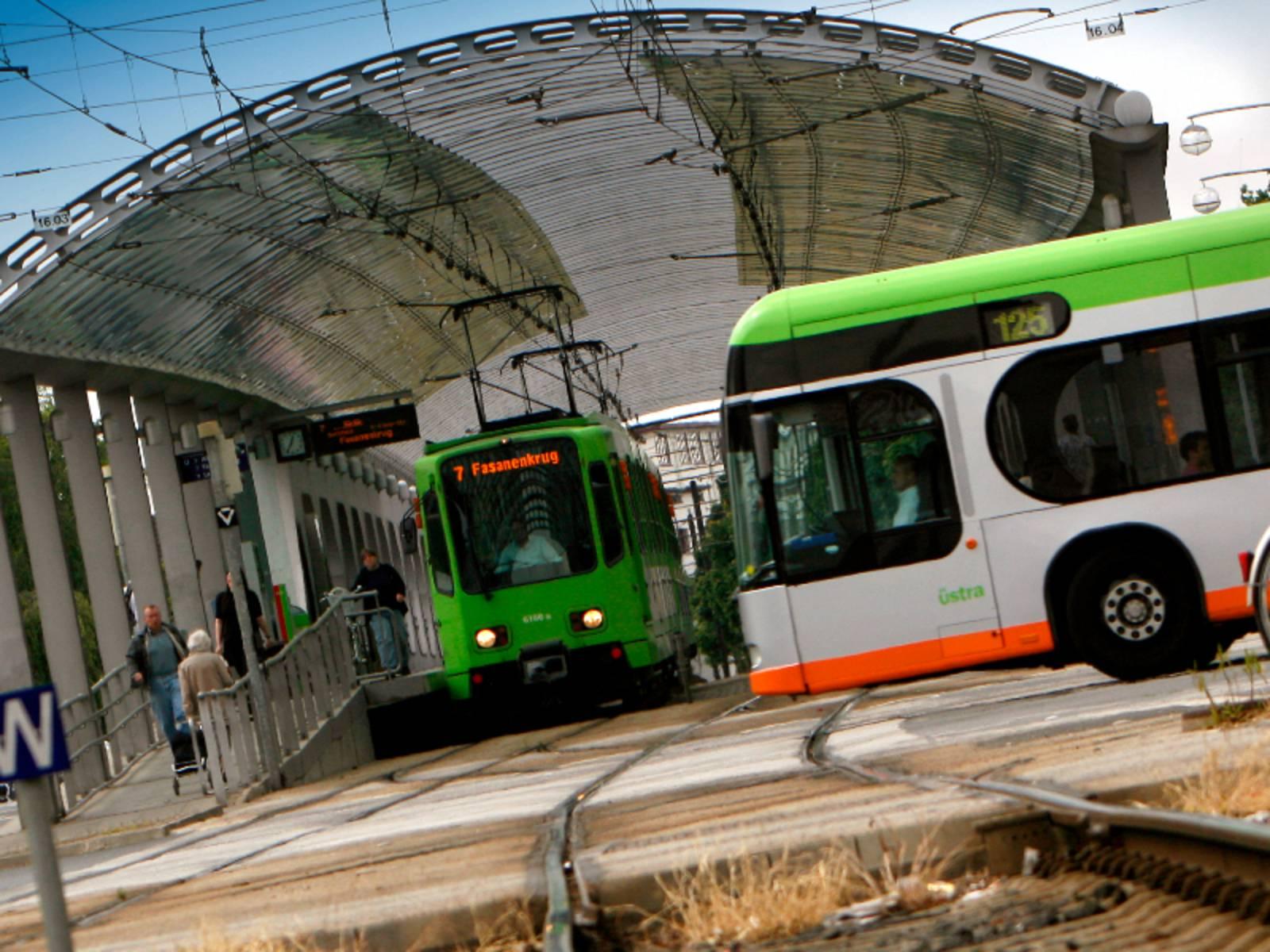 Bus und Bahn kreuzen sich auf einer Hauptverkehrsstraße.