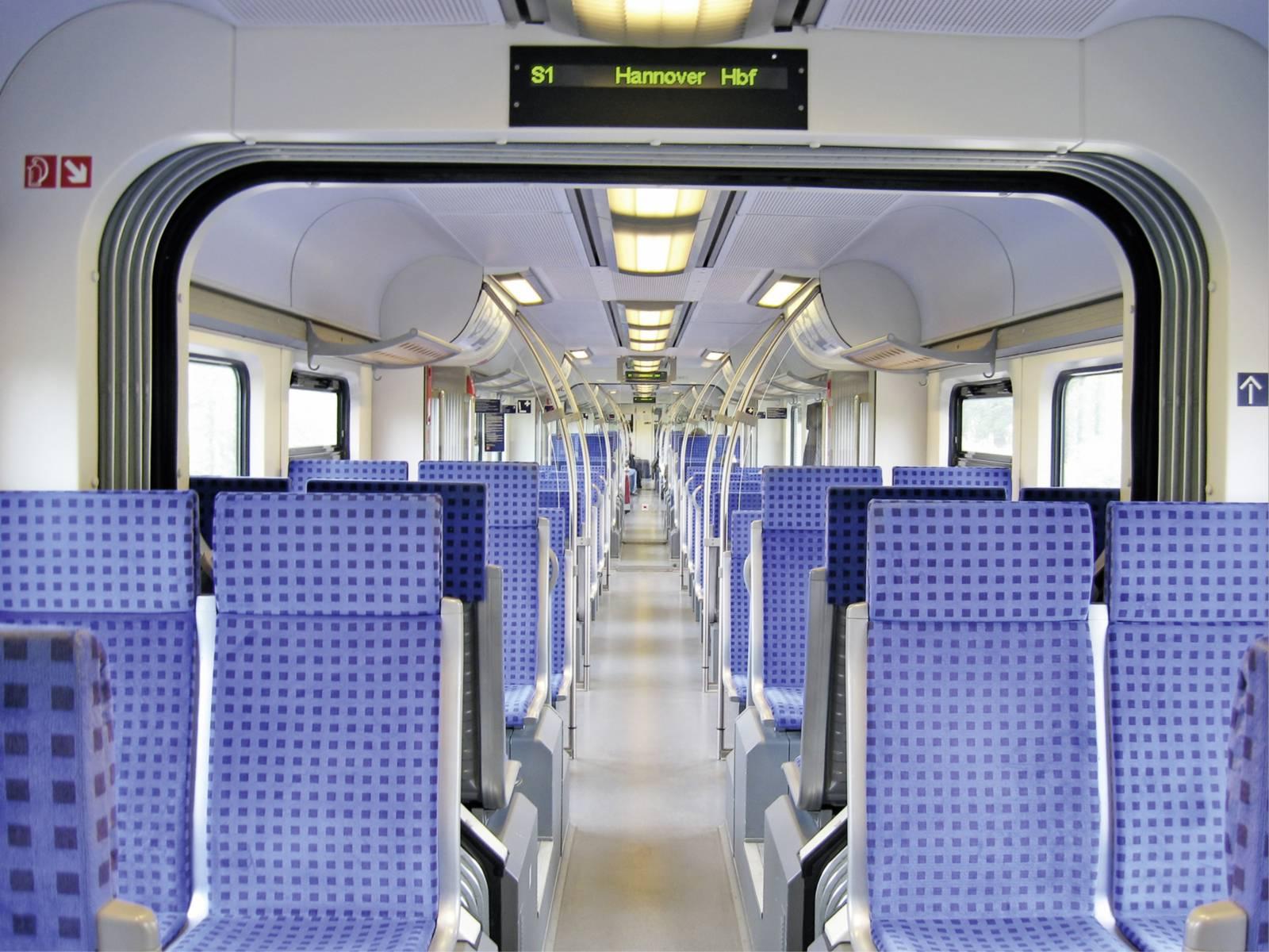 Blick in den Mittelgang eines S-Bahn-Zuges.