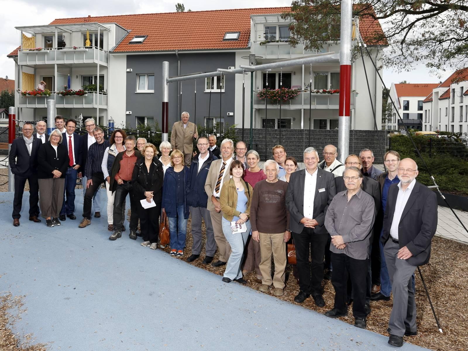 Gruppenbild mit einer großen Gruppe in einem Wohngebiet.