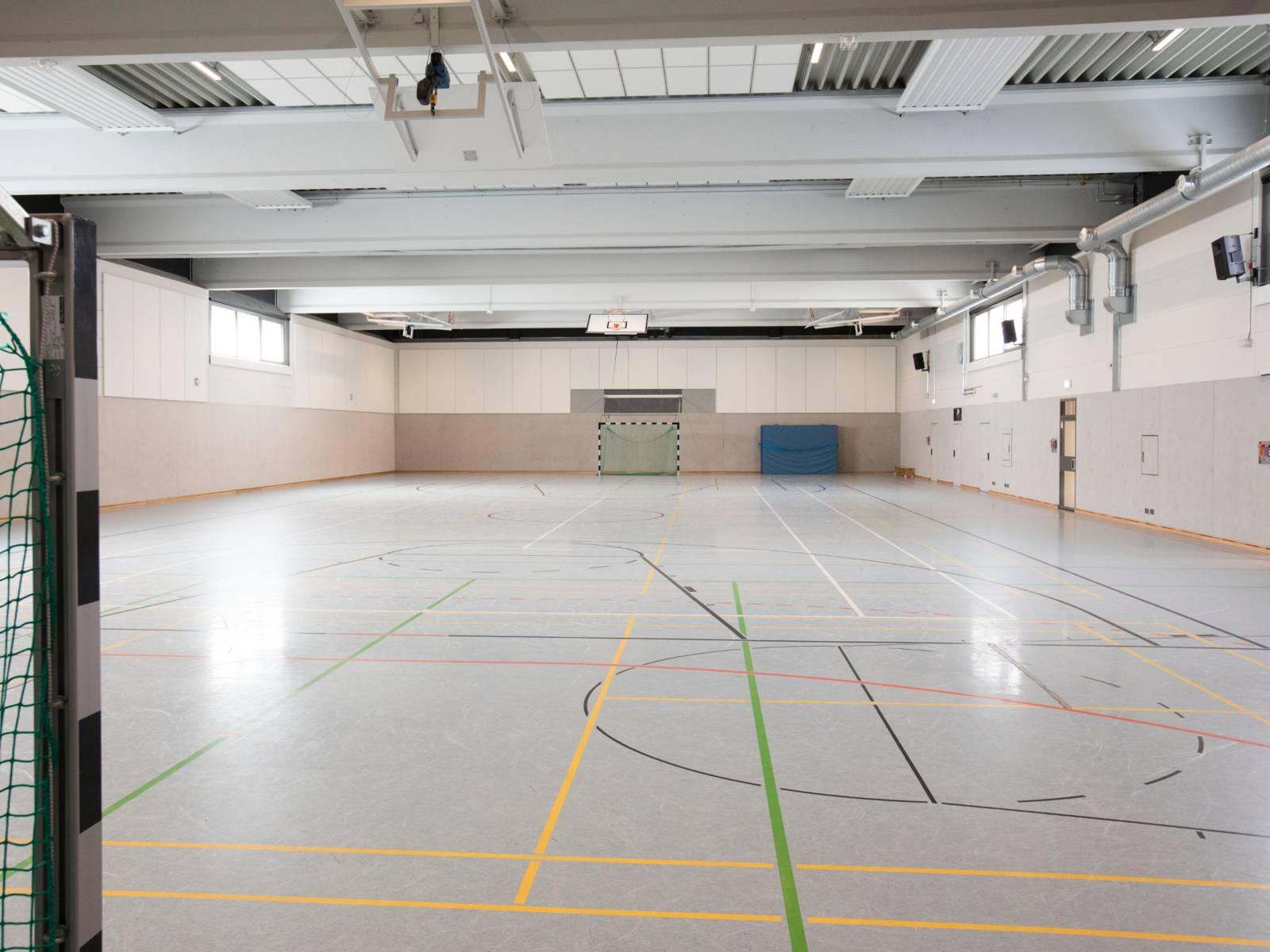 Blick in eine Sporthalle.