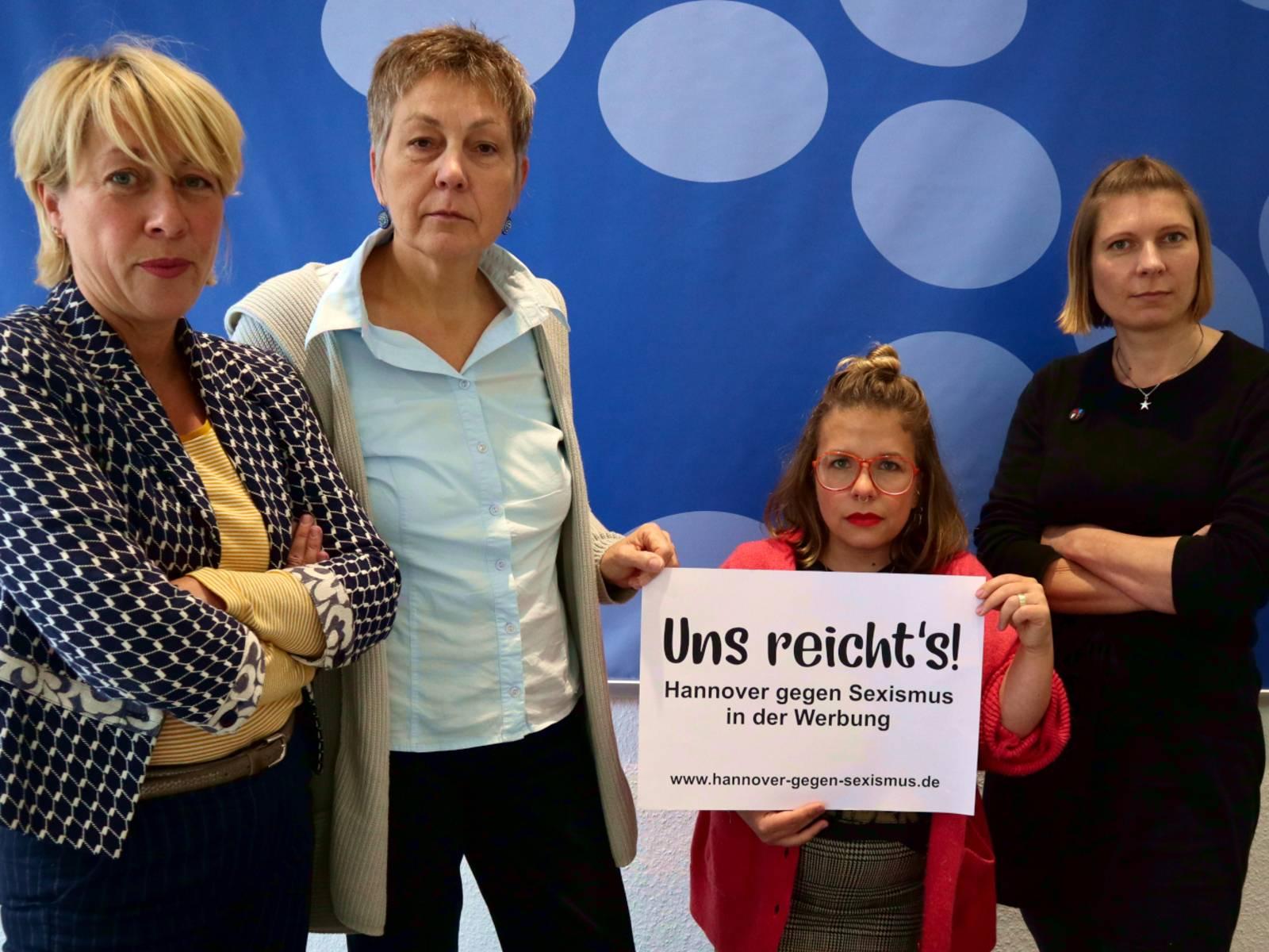 Vier Frauen stehen für ein Bild beisammen.