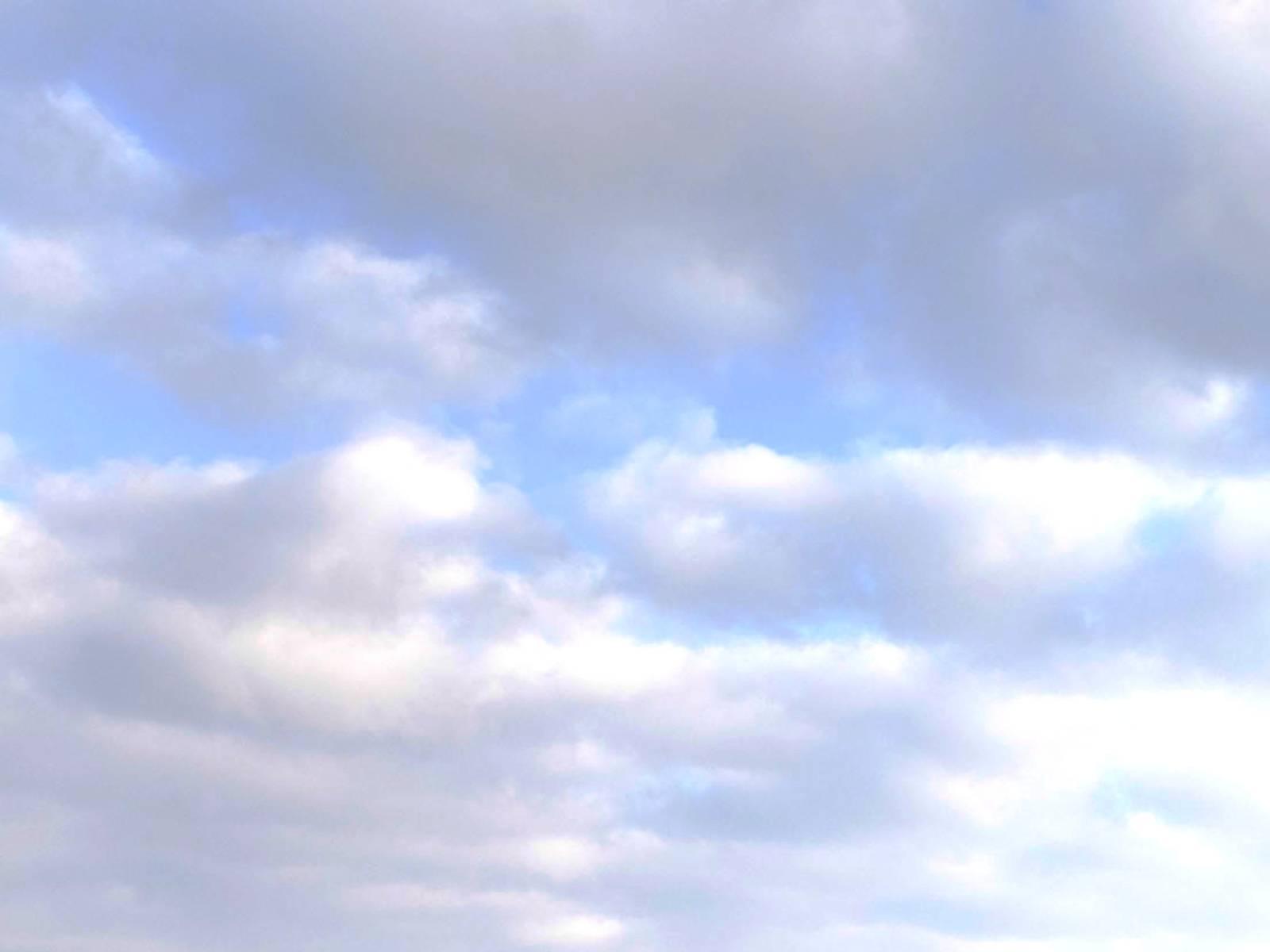 Schönwetterwolken und blauer Himmel