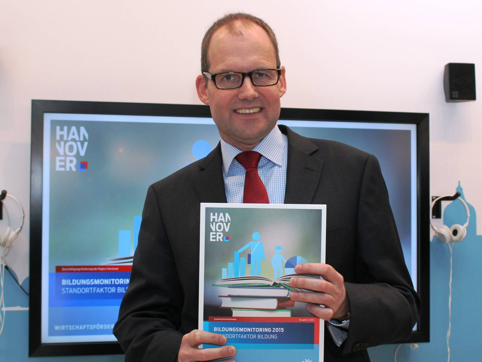 Ulf-Birger Franz mit der Broschüre zum Bildungmonitoring 2015
