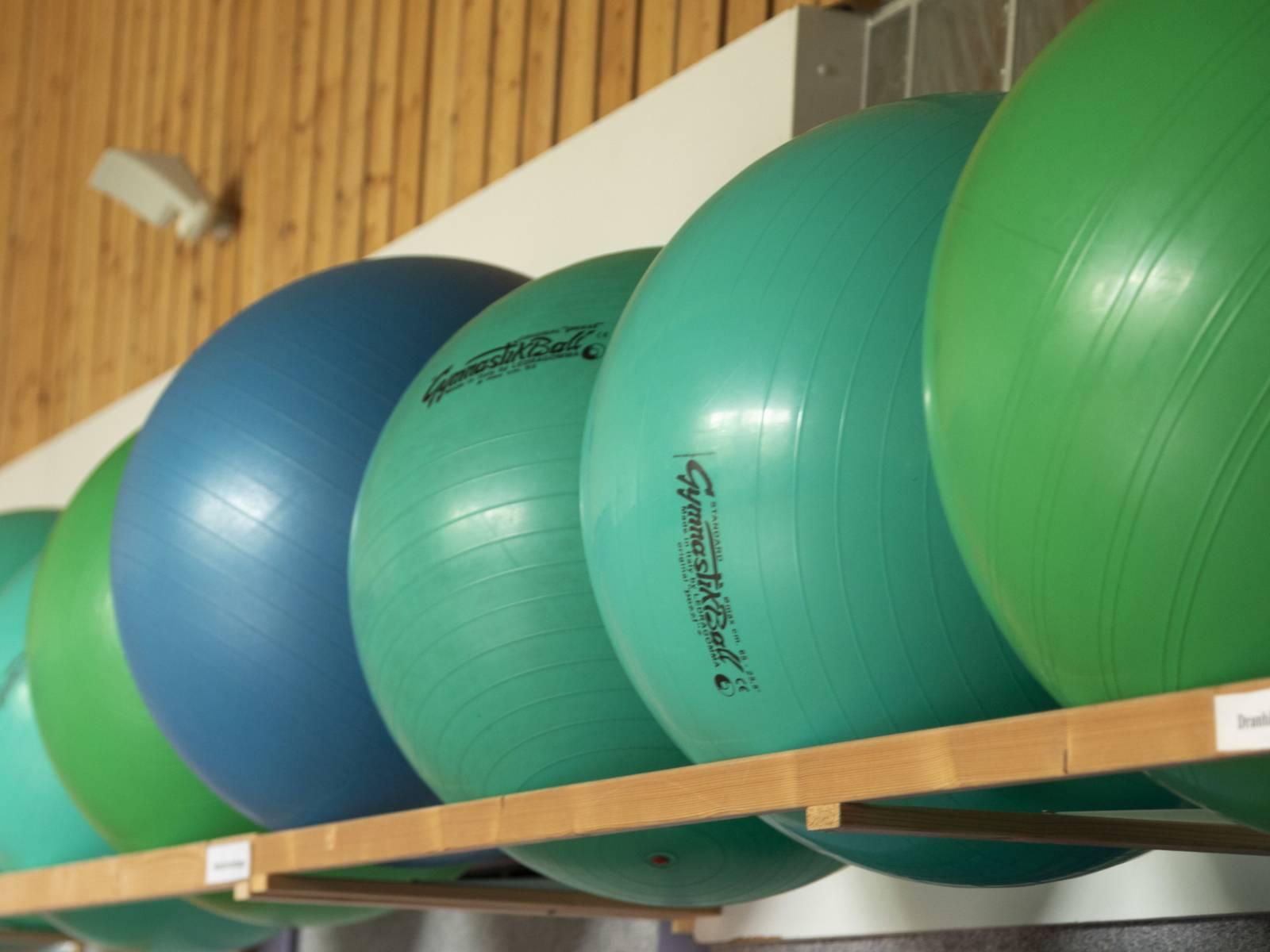Gymnastikbälle  in einer Sporthalle
