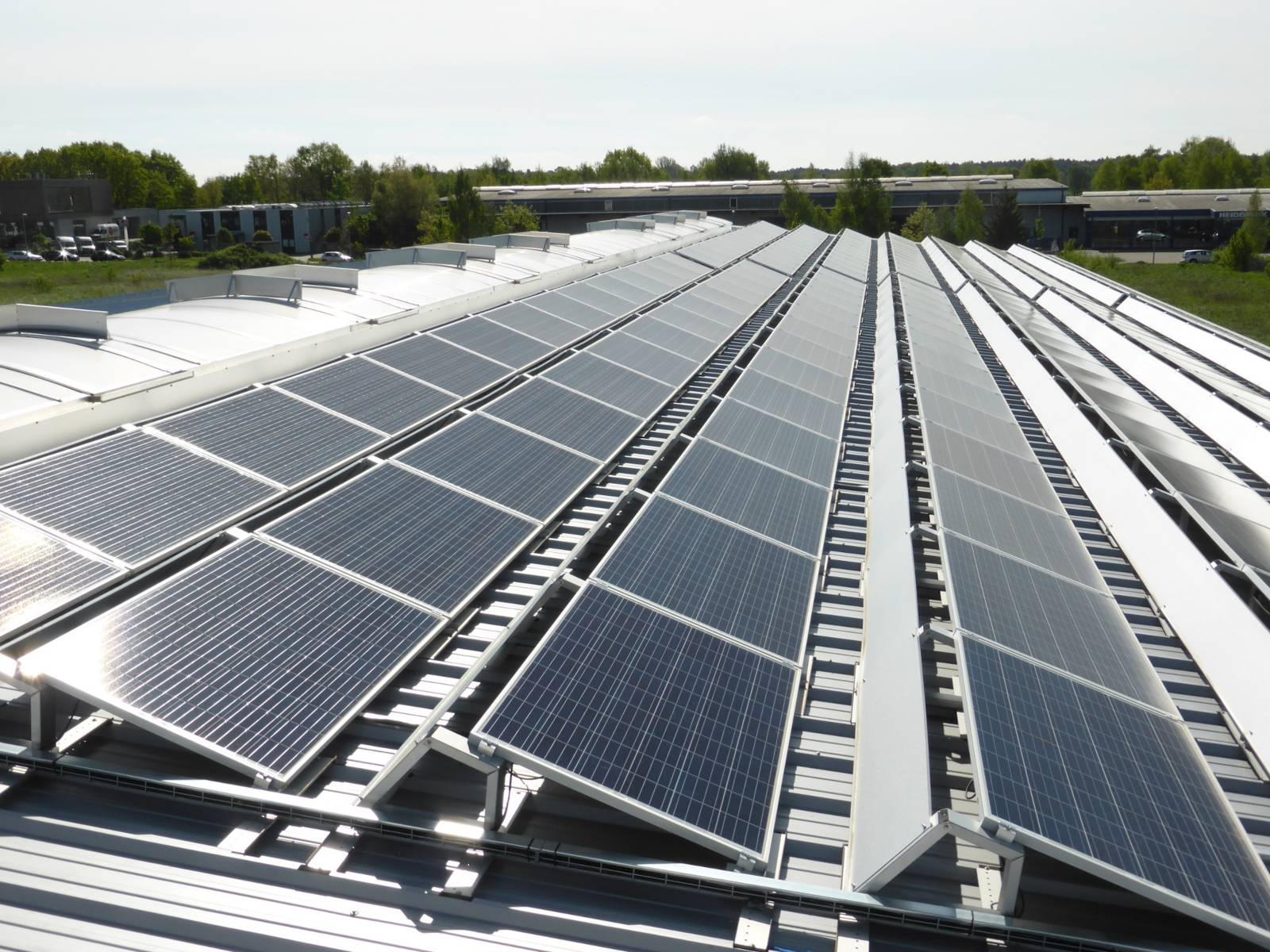 Solarstromanlage auf einem Hallendach