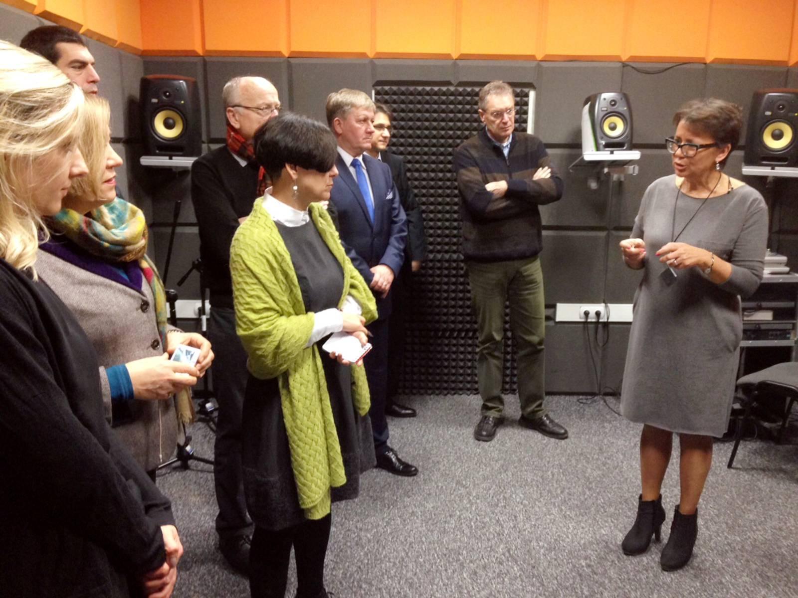 Mitgliedern der Delegation wird das Hörstudio erklärt, in dem sehbehinderte Kinder lernen, Geräusche zu erkennen und zu identifizieren.