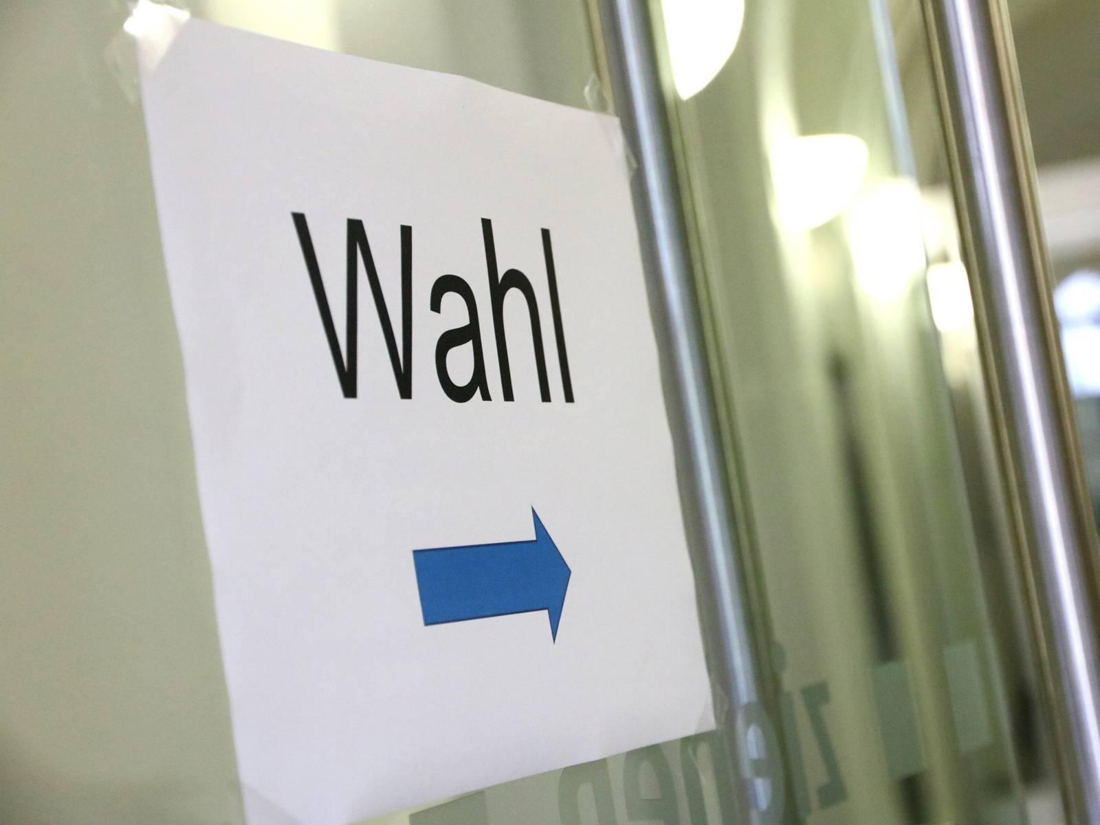 """Schild an einer Tür mit dem Text """"Wahl"""""""