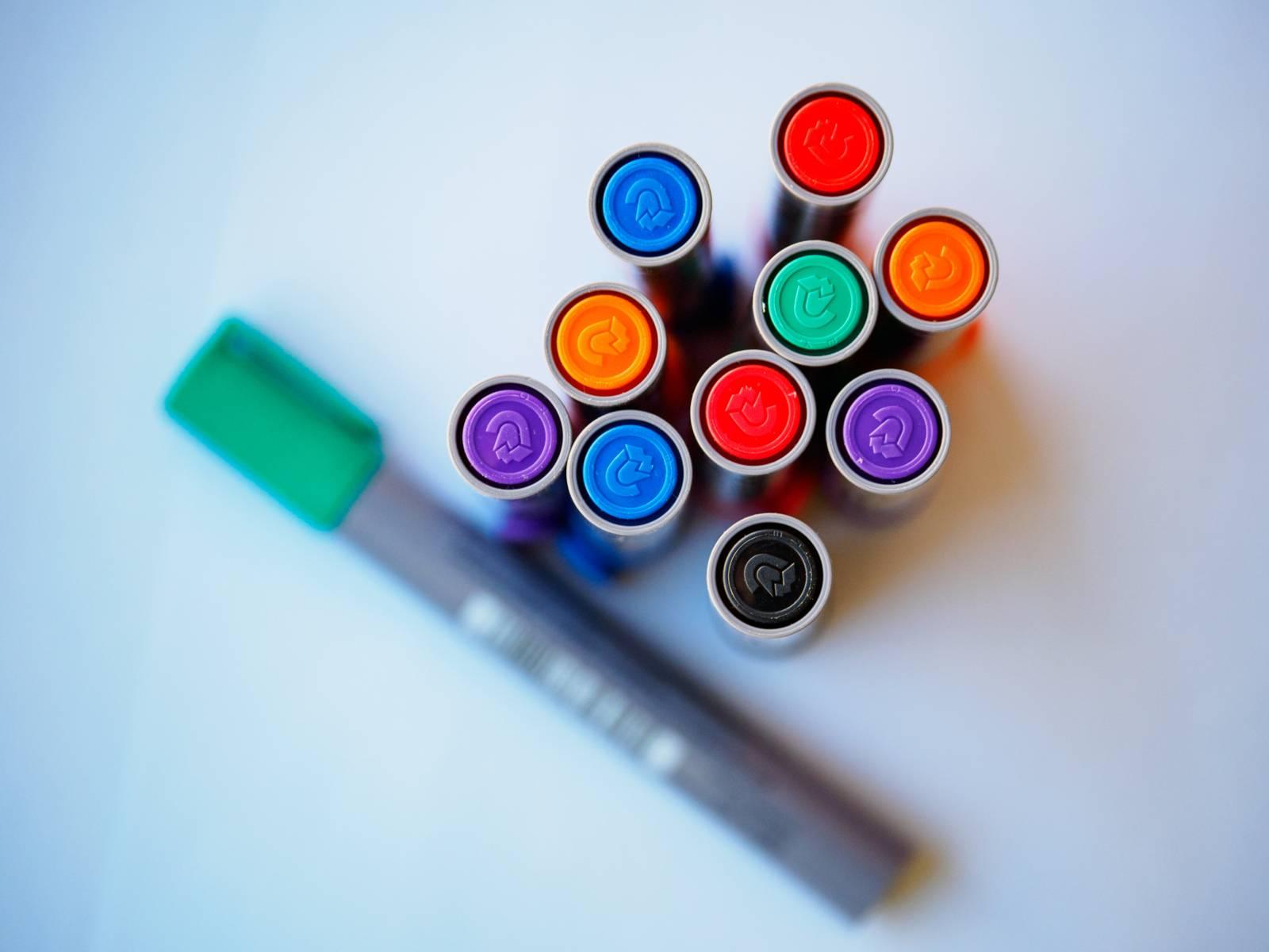 Elf dicke Stifte in verschiedenen Farben.