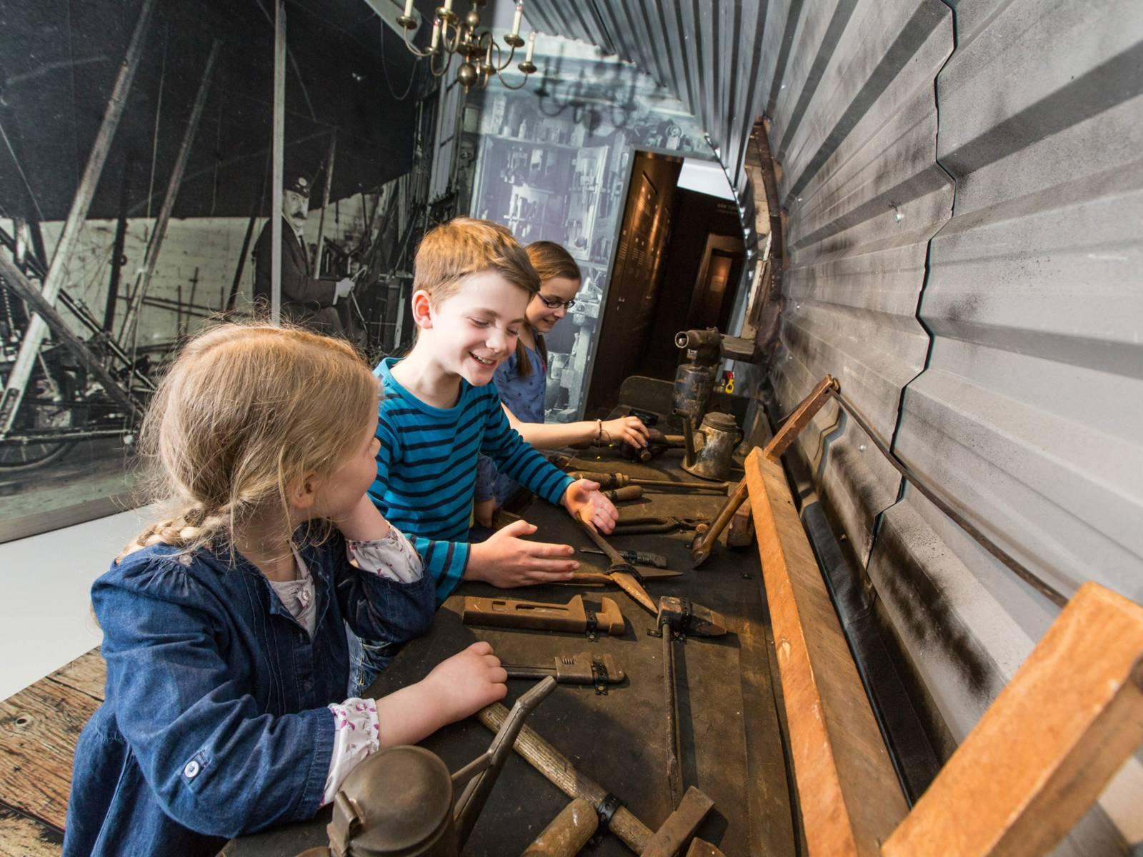 Kinder an der Experimentierstation