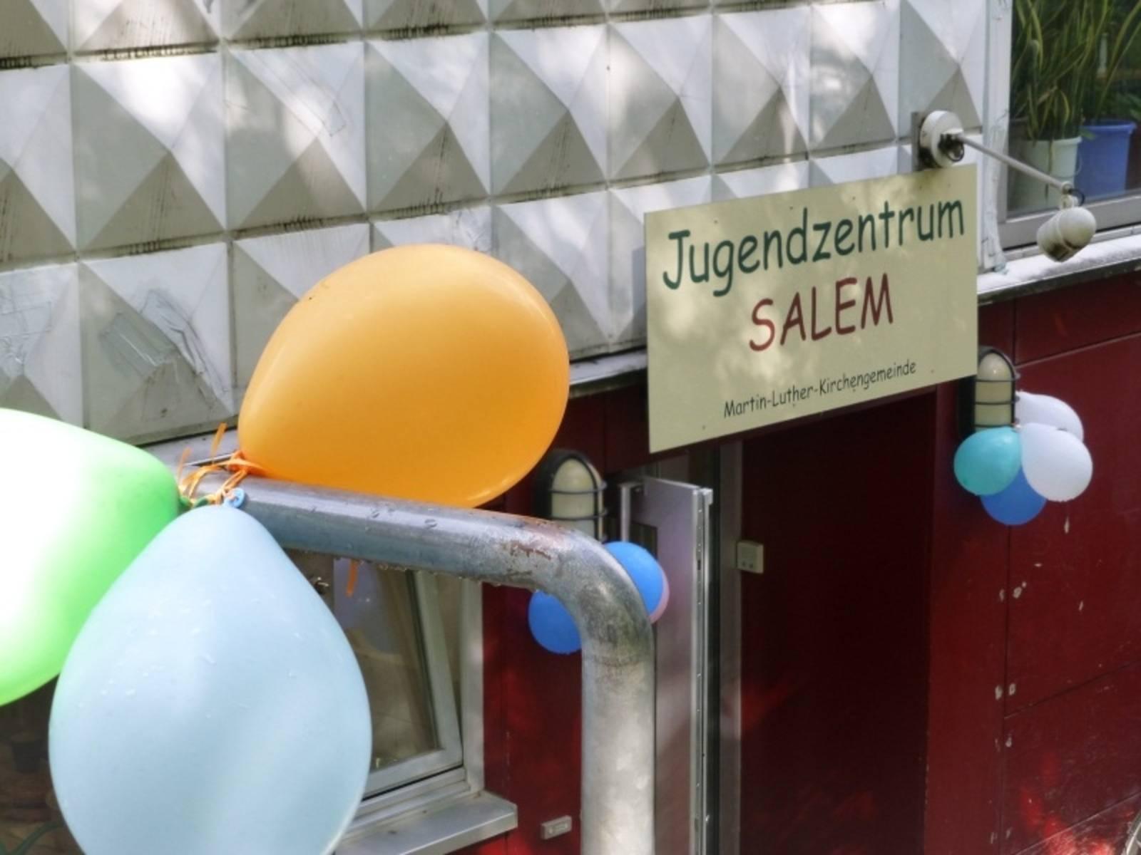 Der Eingang des Jugendzentrums Salem an dem Luftballons aufgehängt wurden.