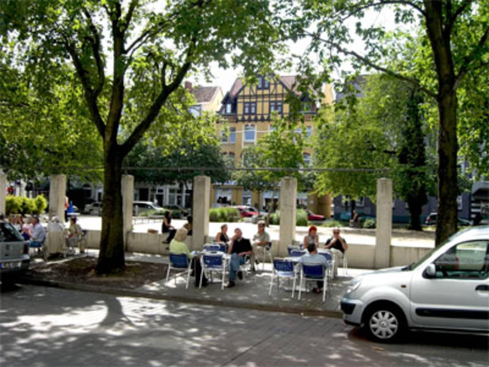 Foto von Eiscafe und Gründerzeithäusern am Fiedelerplatz in Döhren