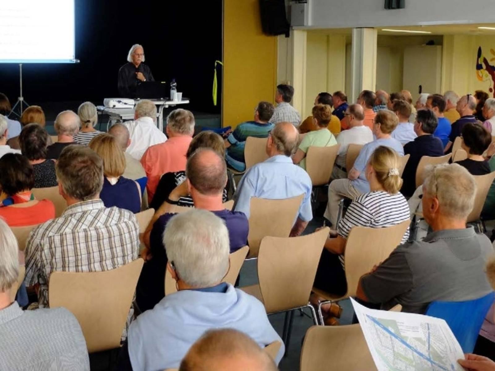 Vortrag vor Bürgerinnen und Bürgern.