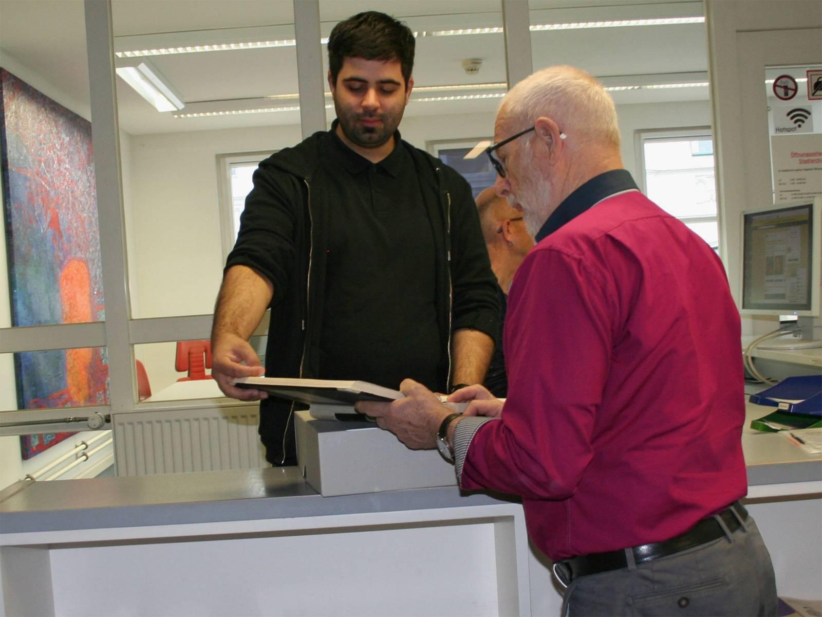 Die bestellten Akten werden im Lesesaal für die Besucher*innen bereitgestellt.