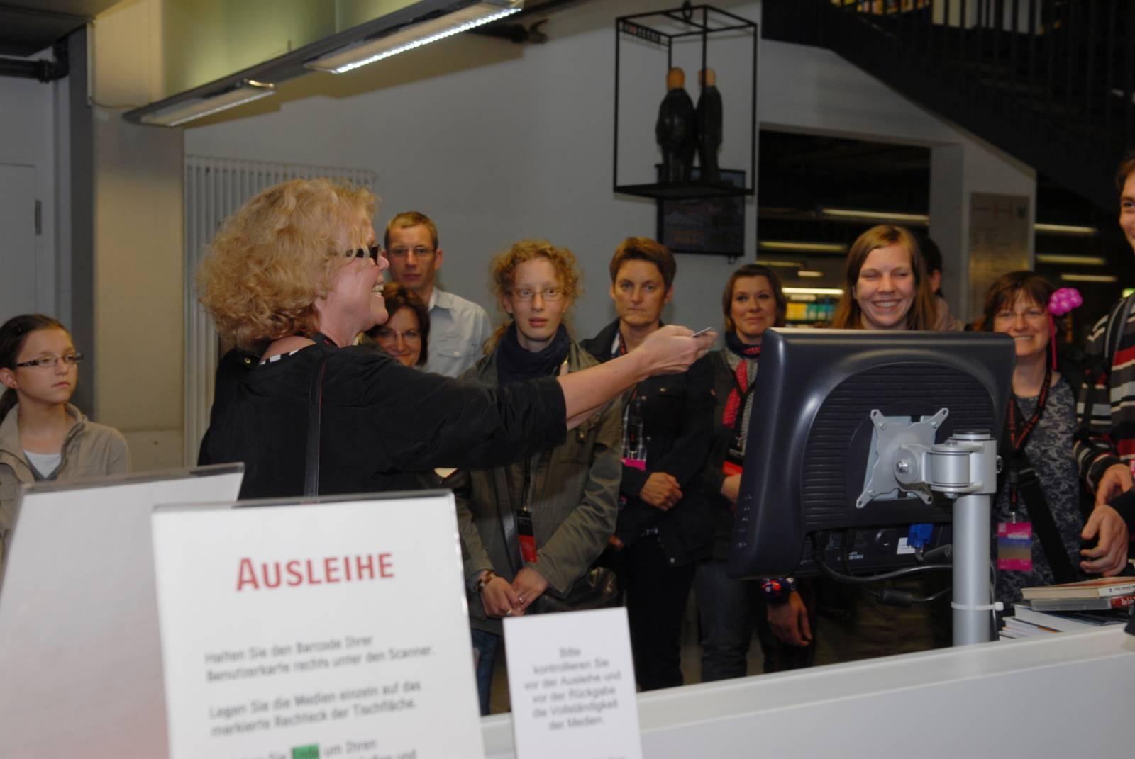 Fr. Dr. Schell-Wolff zeigt Interessierten die Zentralbibliothek