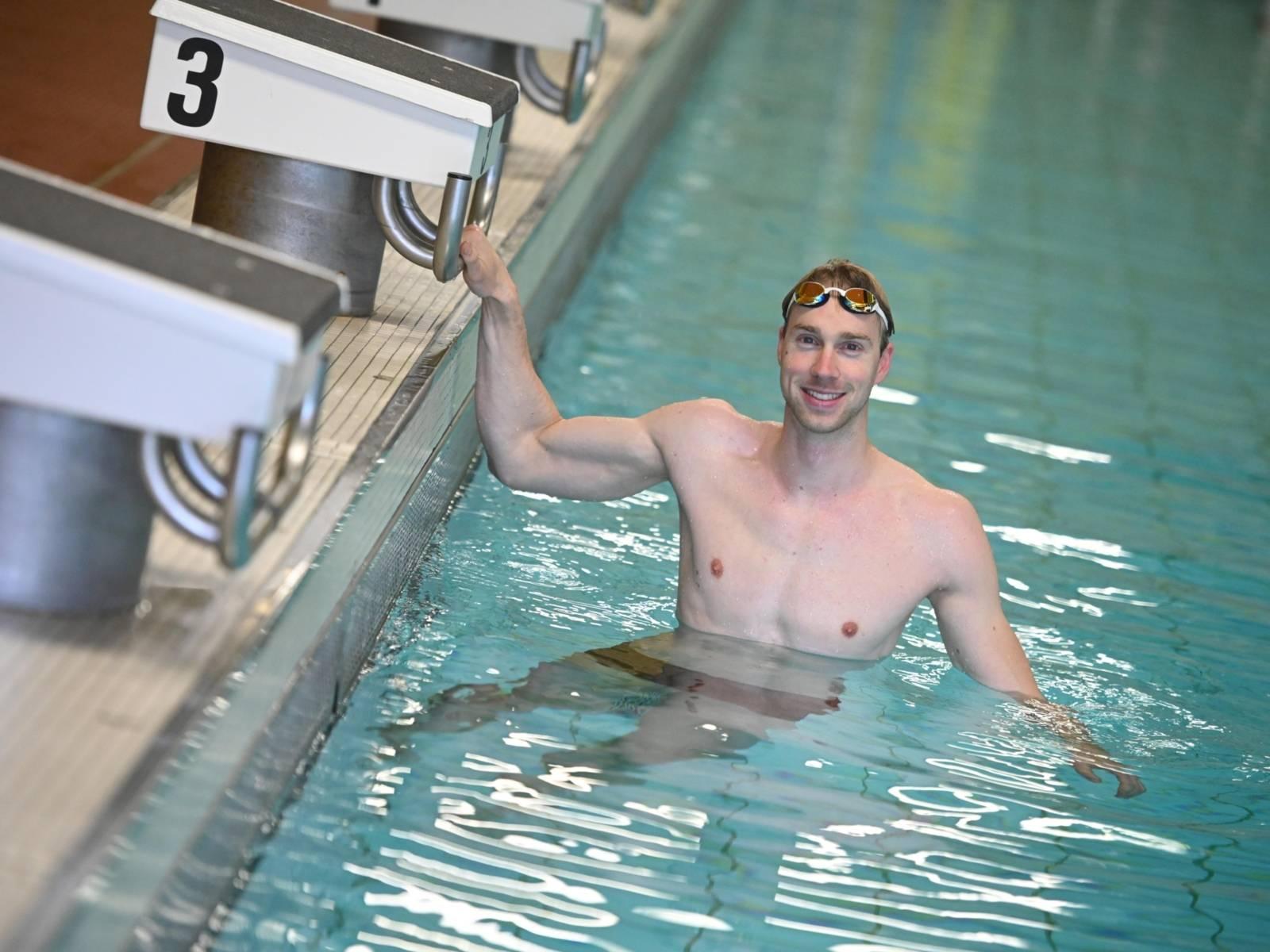 Mann einem Schwimmbecken.