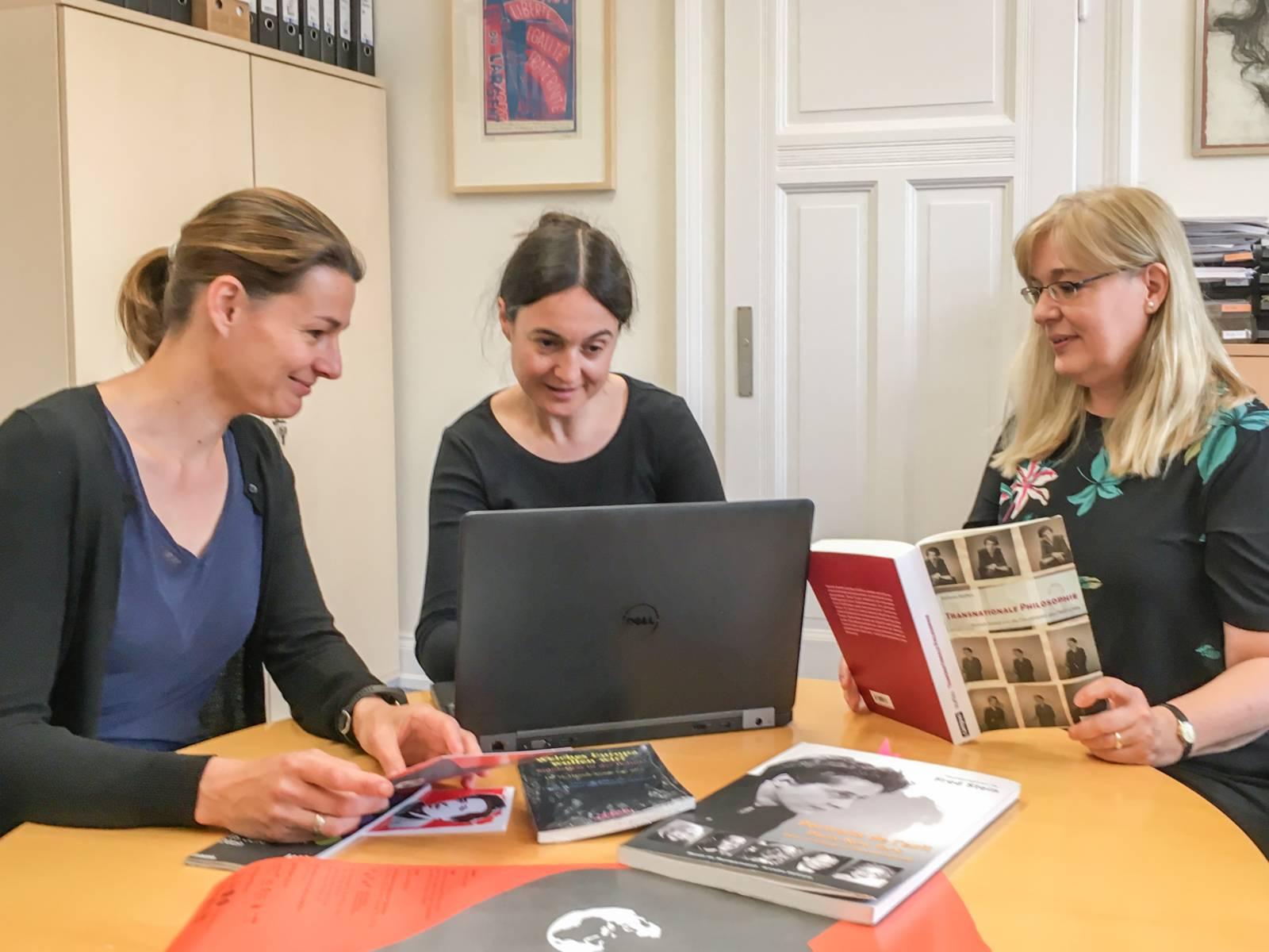 Drei Frauen sitzen an einem Tisch