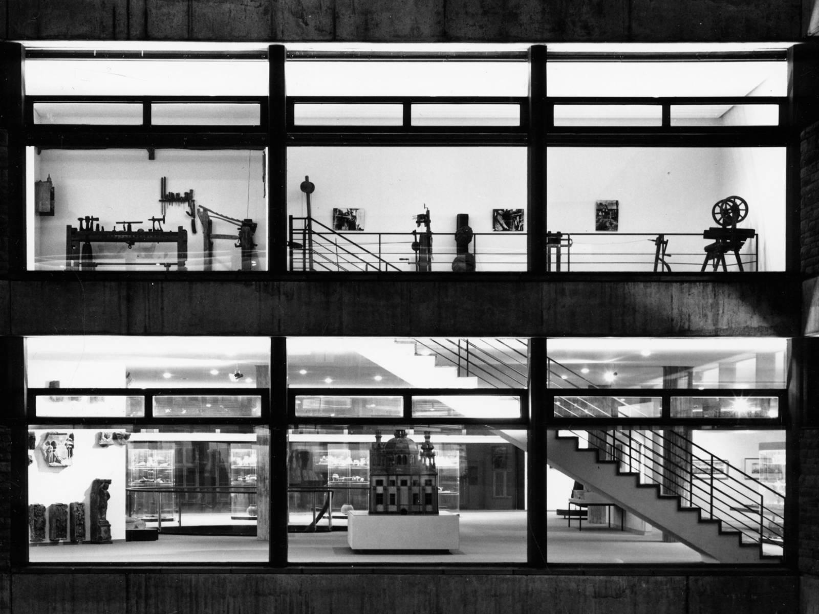 Ein nächtlicher Blick auf das Museumsfoyer und die Ausstellungsräume, aufgenommen aus dem Innenhof (1966)