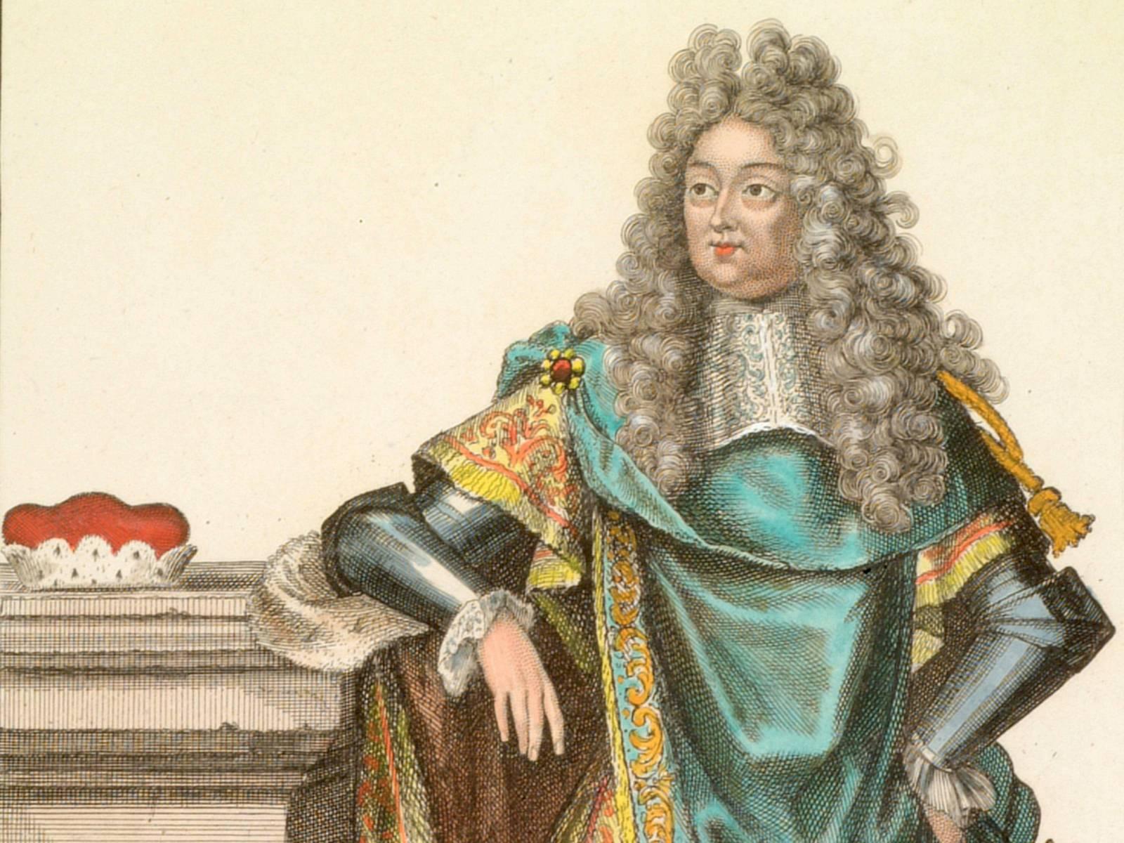 Kurfürst Ernst August mit einer Rüstung bekleidet, darüber einen großen reich verzierten Umhang. Auf dem Säulenpostament liegt der Kurhut. Modeblatt nach 1692. Kupferstich, koloriert von R. B. Bonnart